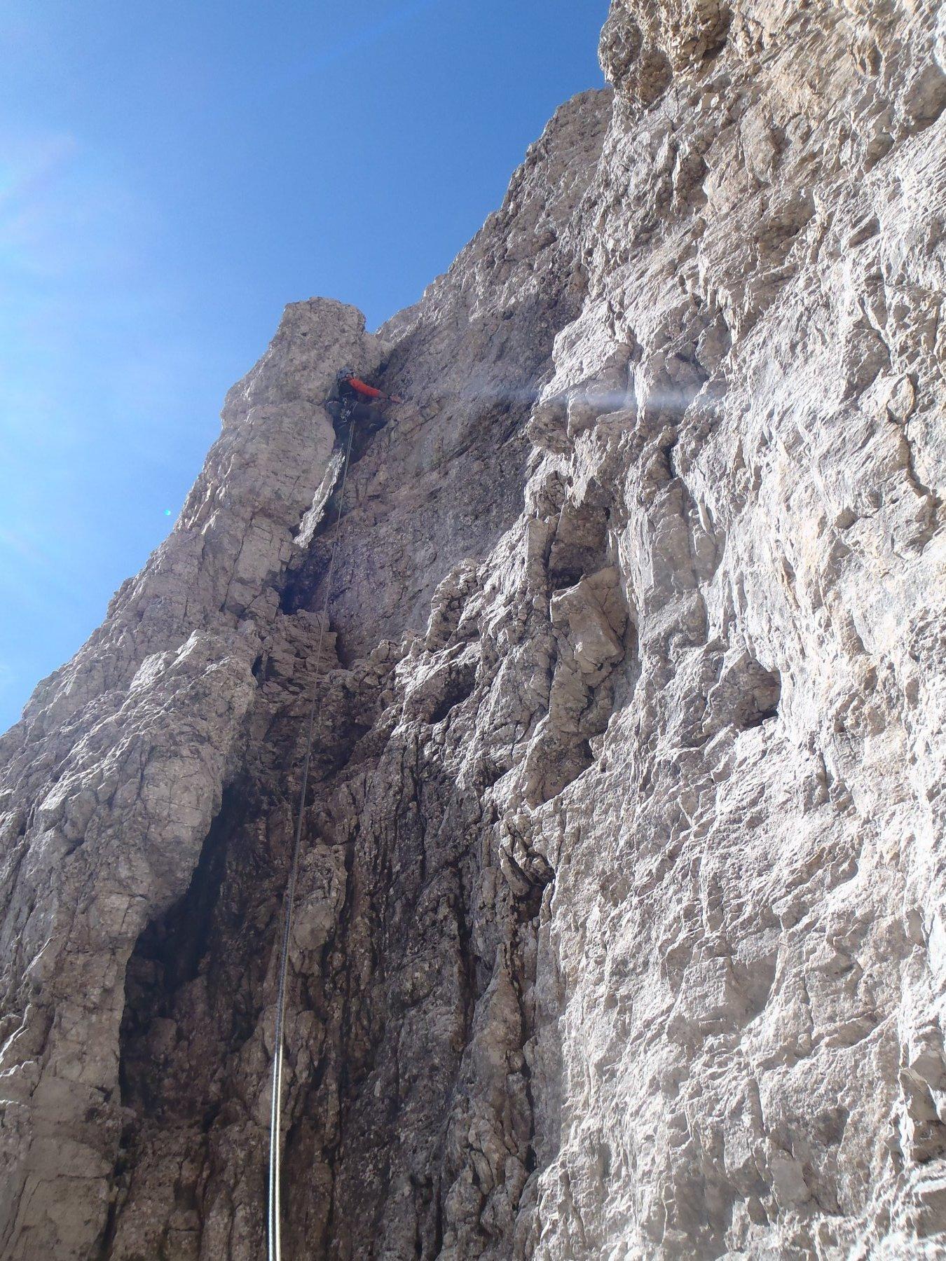 A sinistra il pilastrino che forma il diedro di partenza del terzo tiro