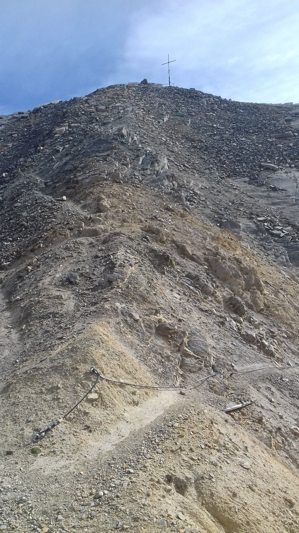 Ultimi metri. In basso si vede la corda fissa con ancoraggio rotto che tocca il terreno.