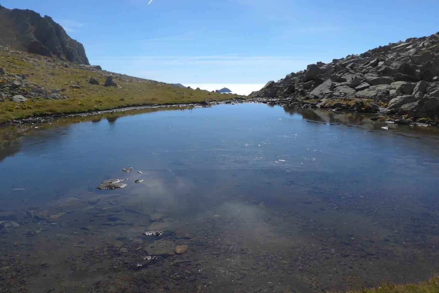 Il lago con uno straterello di ghiaccio