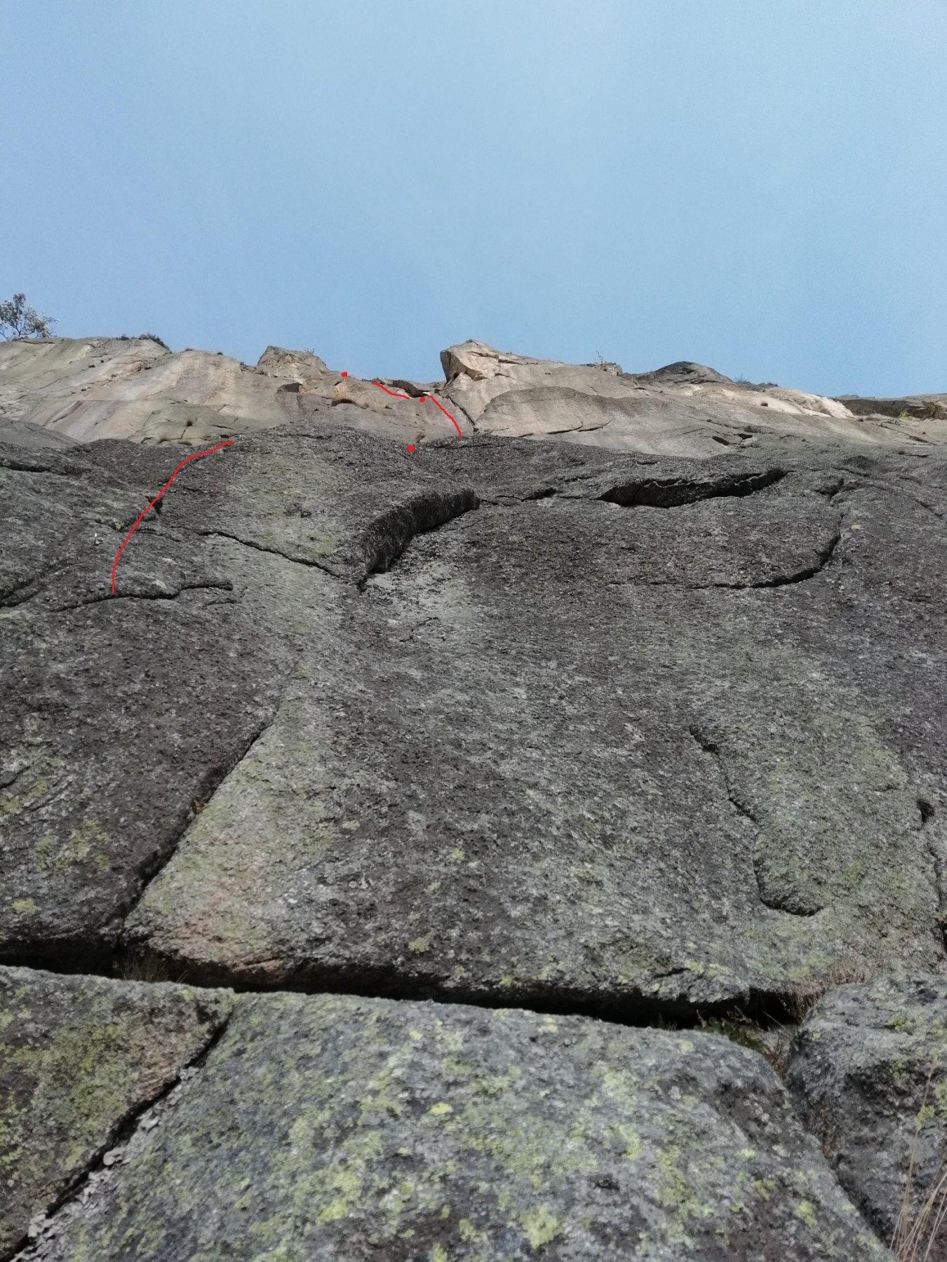 Da L5: sopra si vede la fessura di L6 e sopra ancora il diedro fessurato di L7