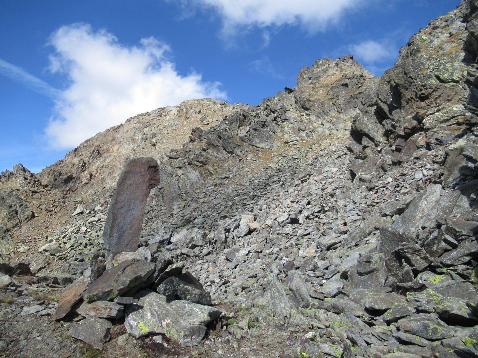 si prosegue fra le rocce