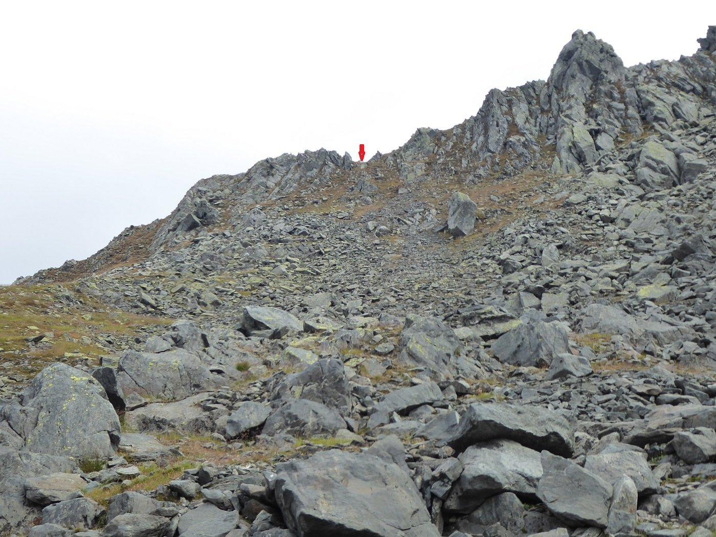 Il colletto (freccia rossa) da cui inizia il percorso della cresta.