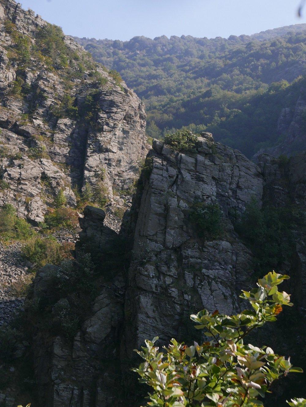 Il versante settentrionale della Rocca con il profilo del caratteristico fungo