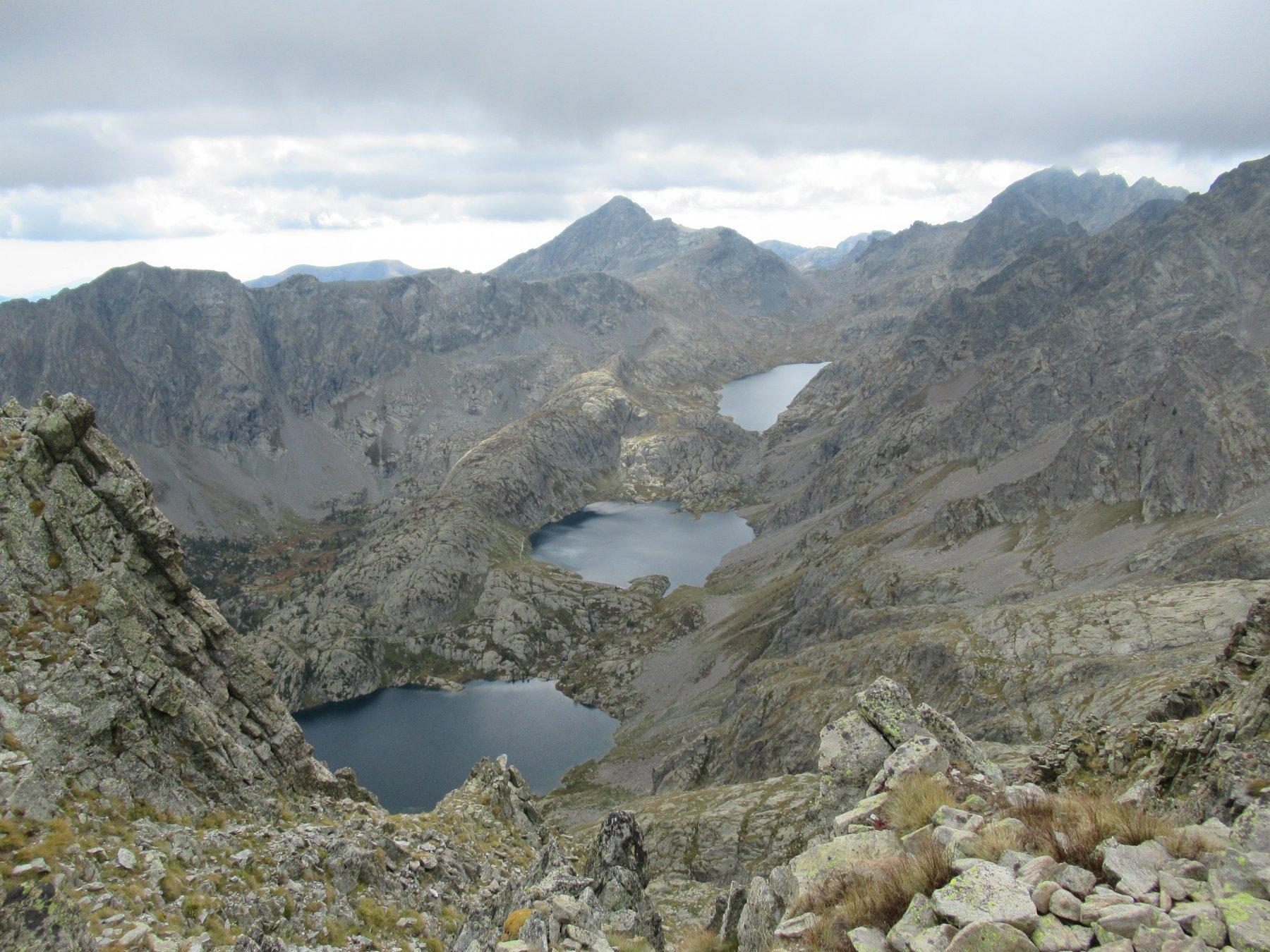 Vista sui laghi della Valmasque dalla Cima Charnassere Ovest