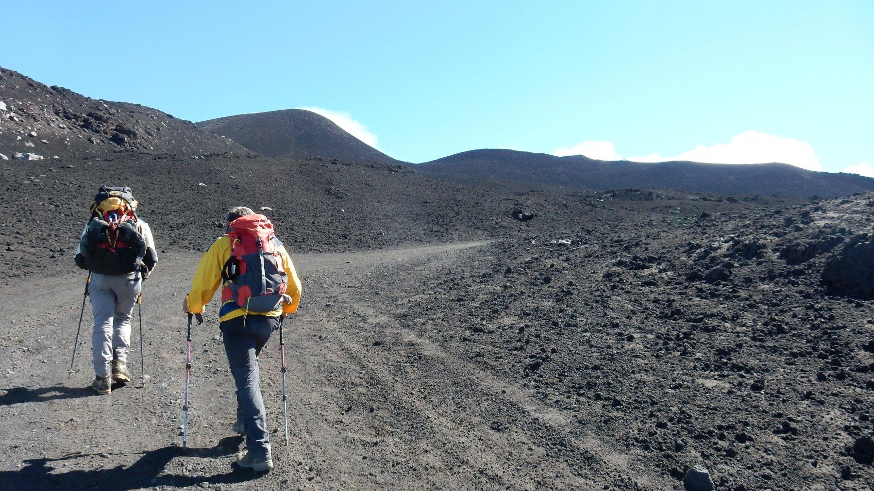 Saliamo verso il cratere sommitale.