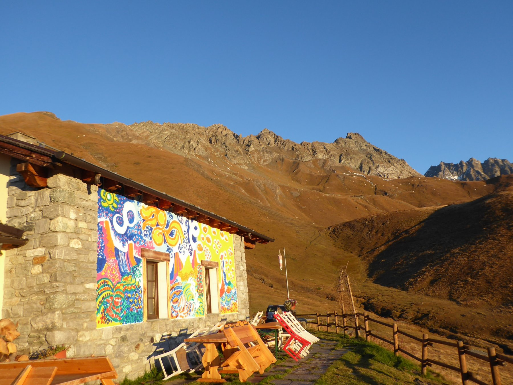 arrivo al rifugio e vista della catena montuosa con la Chenaille
