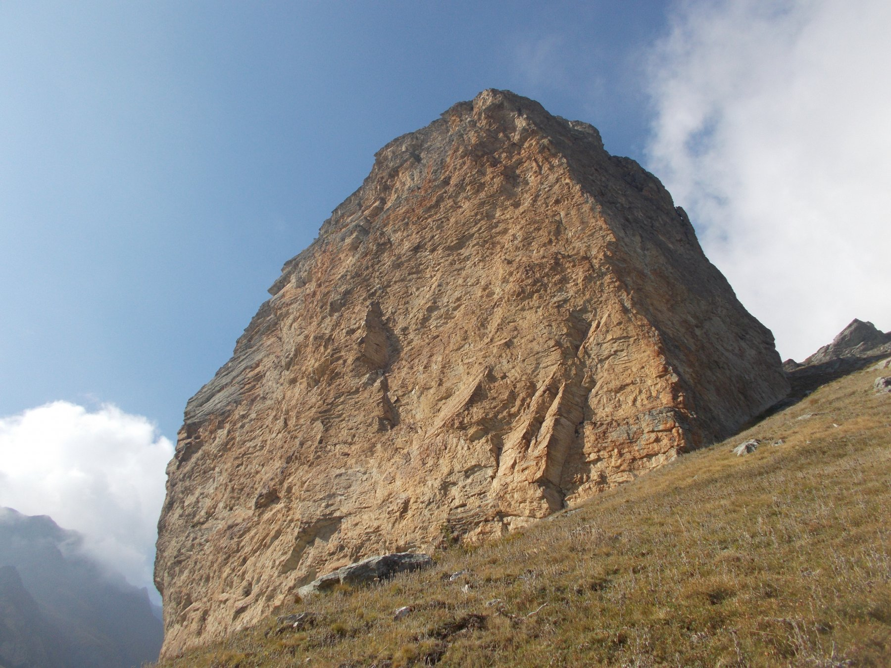 la rocca col suo liscio paretone volto a sud..