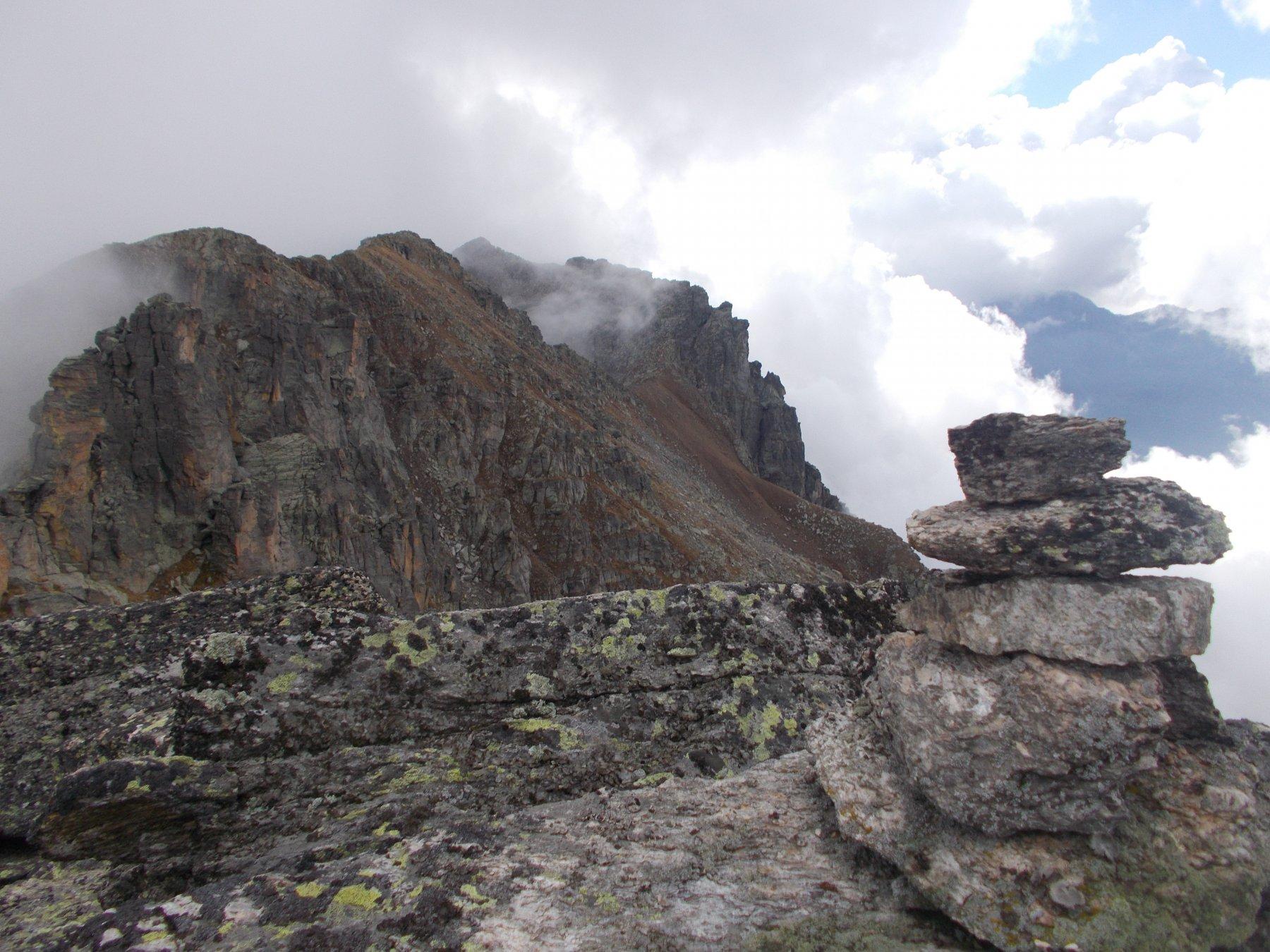 dal picco settentrionale..la cresta si snoda tutta alla sinistra nella foto..
