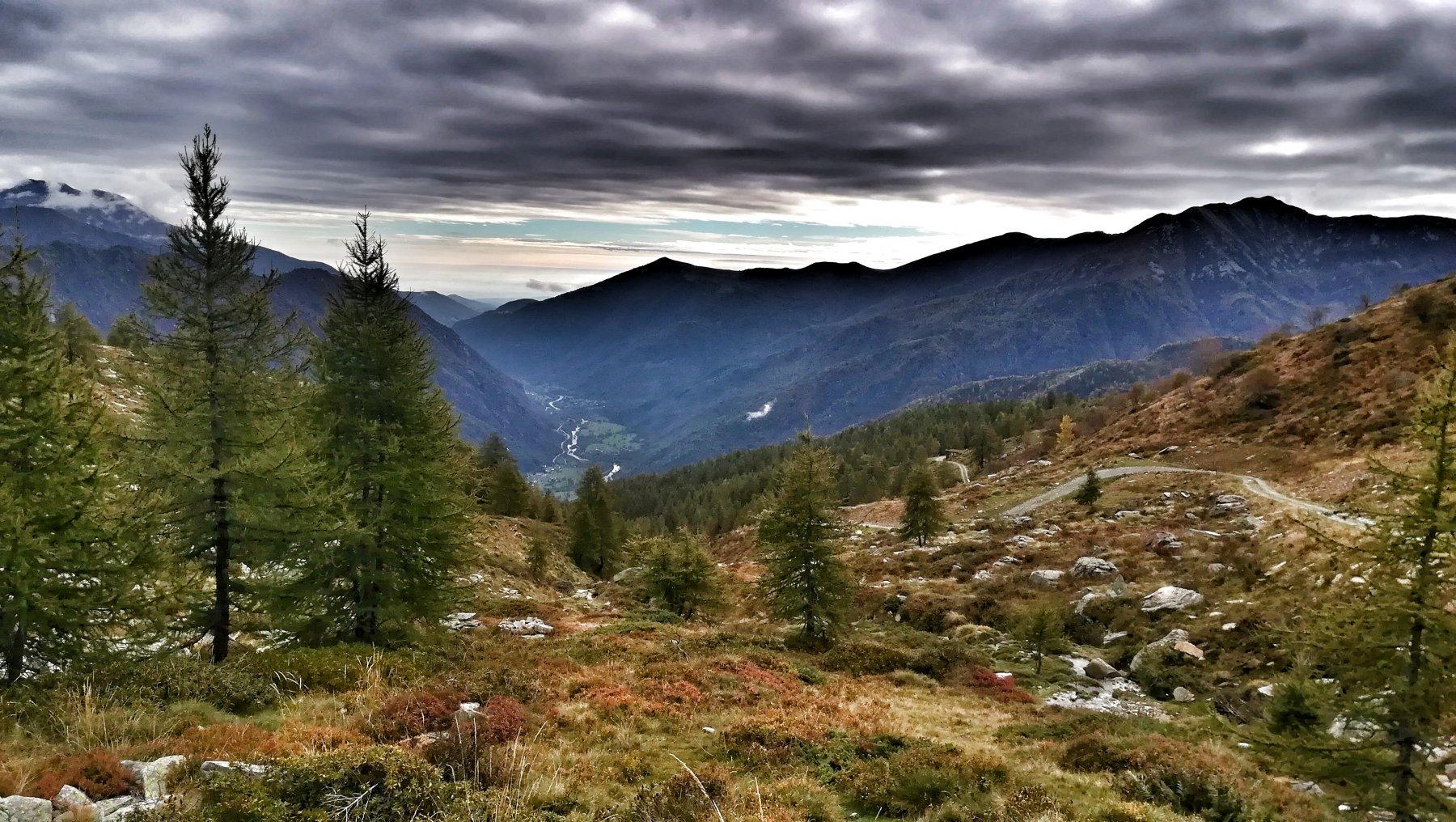 In salita lungo la sterrata bella vista sulla bassa valle Orco