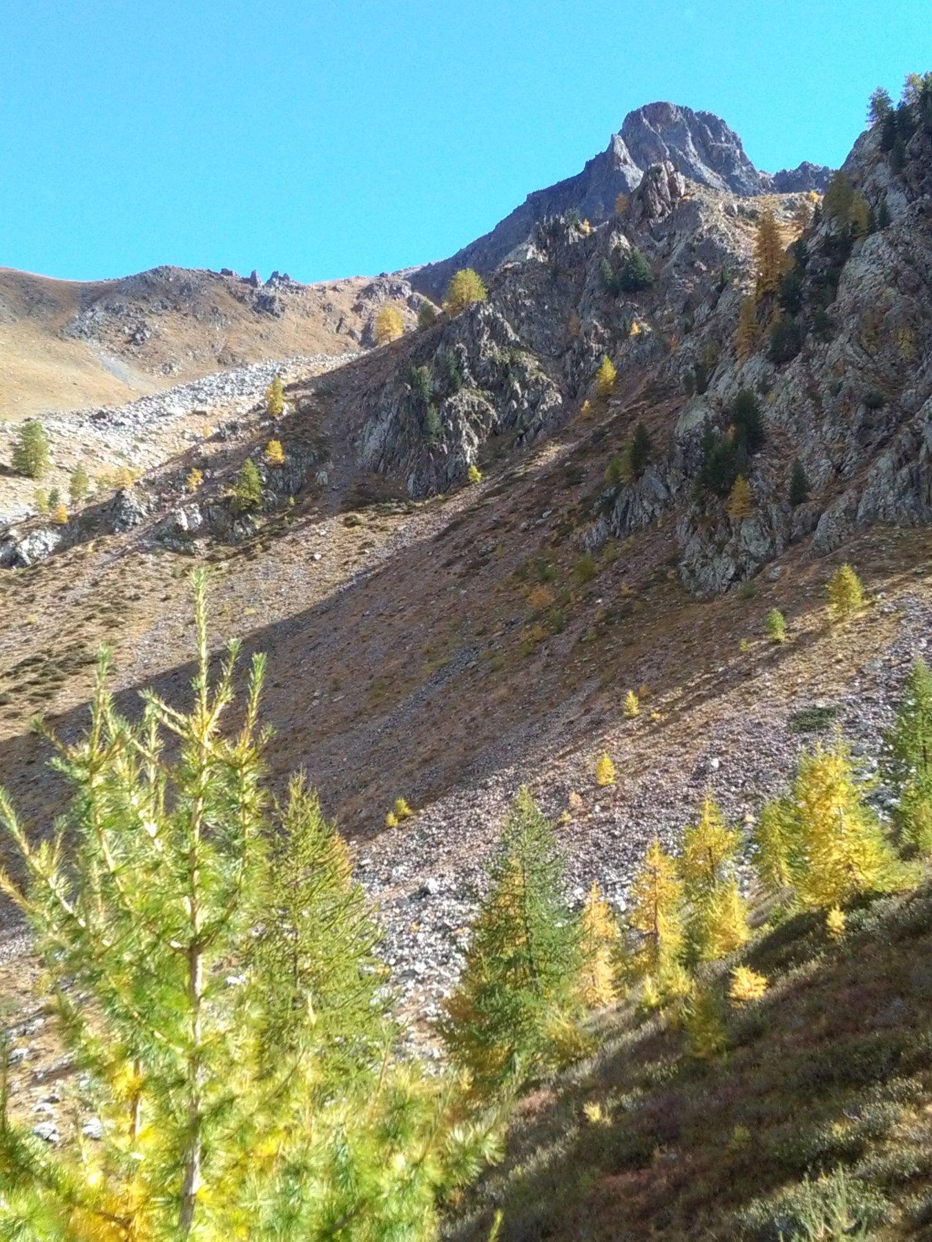 Sinfonia d'autunno scendendo dal passo di Stau, con la Rocca Verde a troneggiare