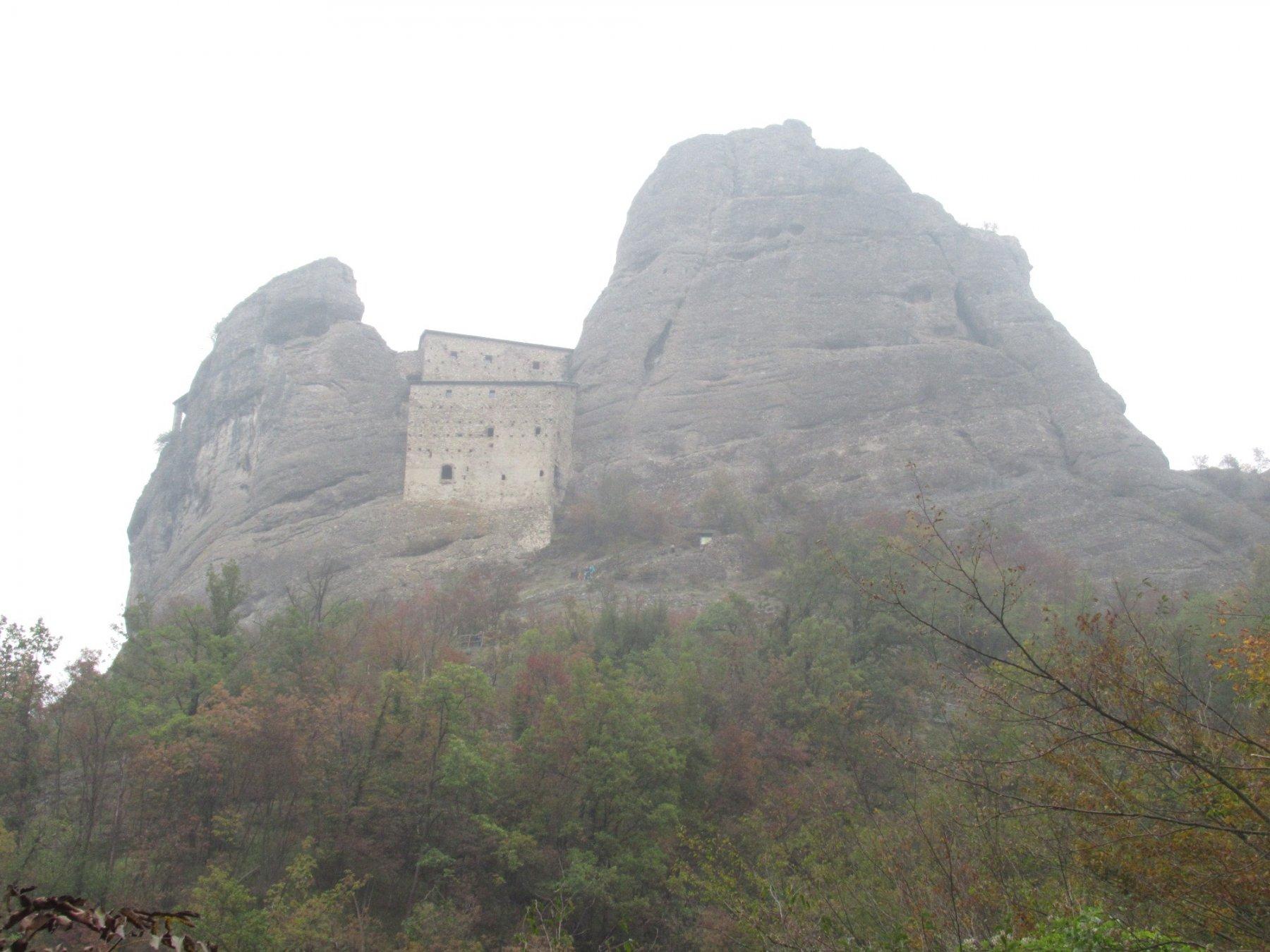 Il Castello appare tra la nebbia
