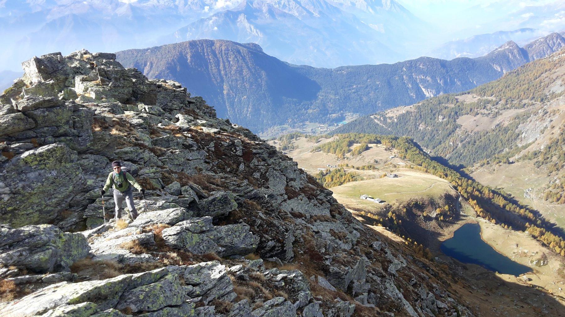 la cresta rocciosa con l'alpeggio ed il lago Literan