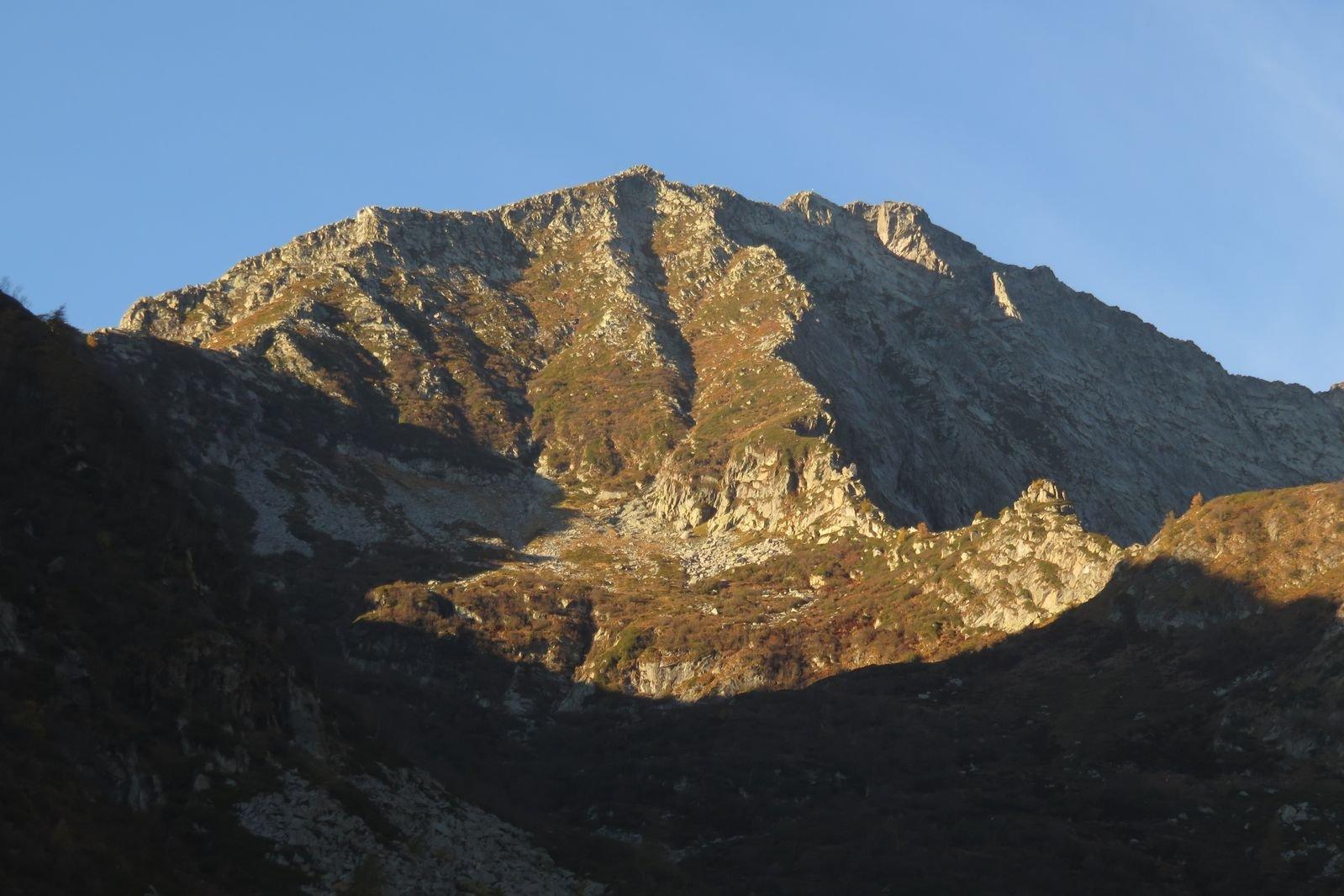 al centro fra sole e ombra la cresta di Canabà