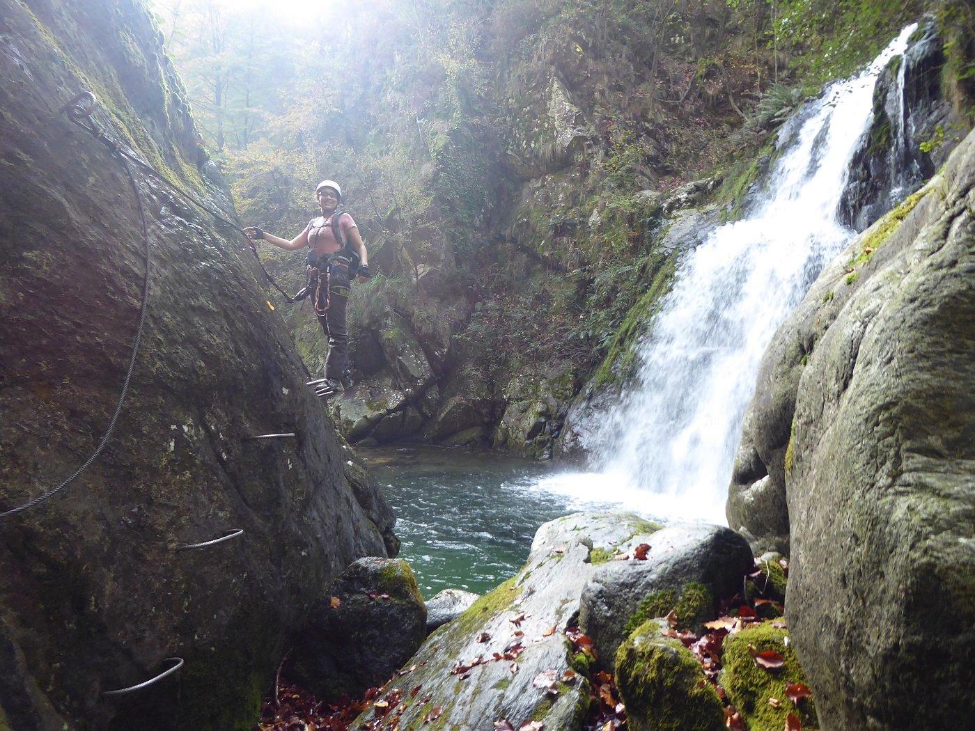 Linda sul traverso della cascata.