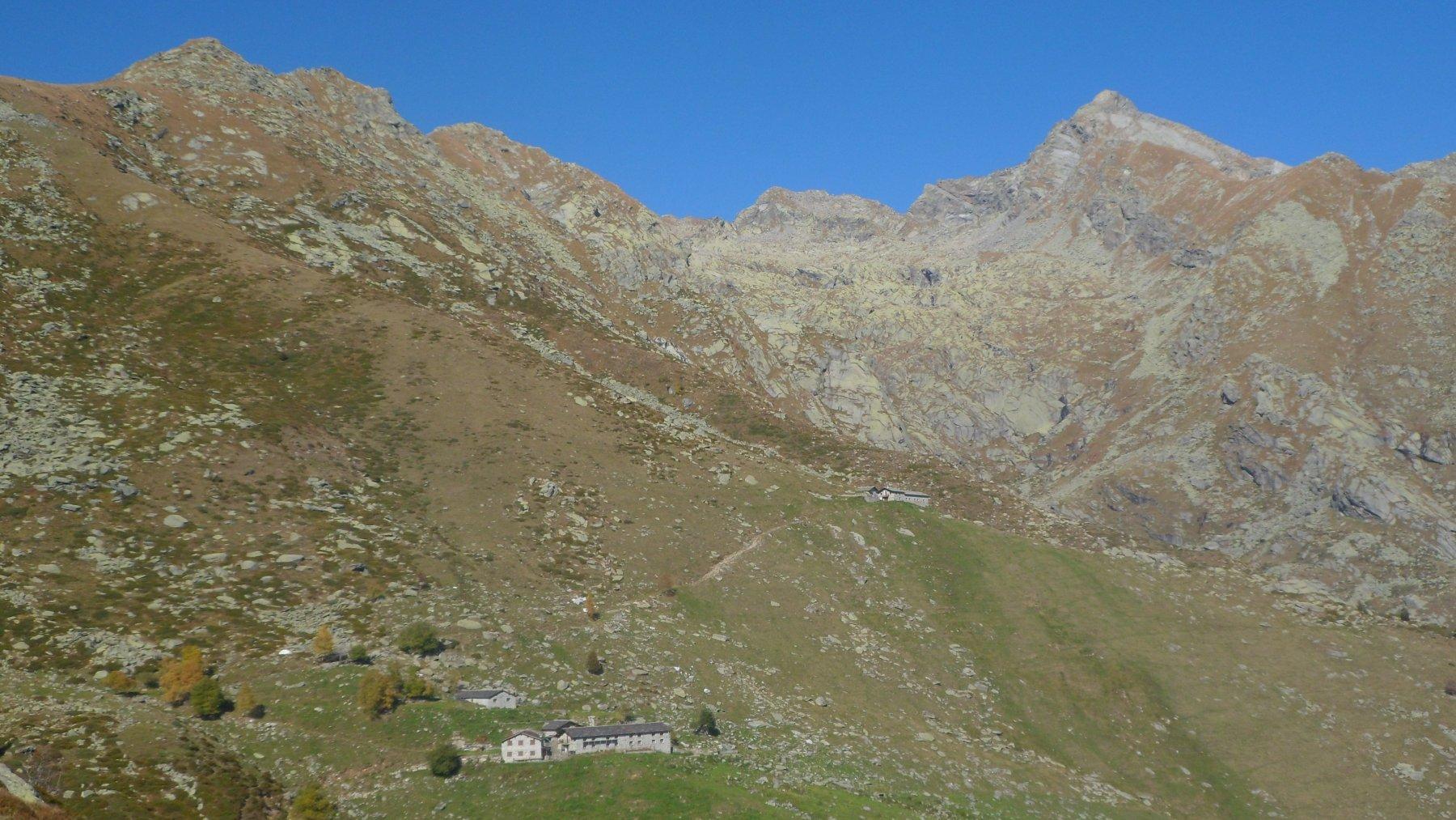 Dalla dorsale est dell'Arzola alpeggi Oregge e Colleto e cime Testona e Colombo