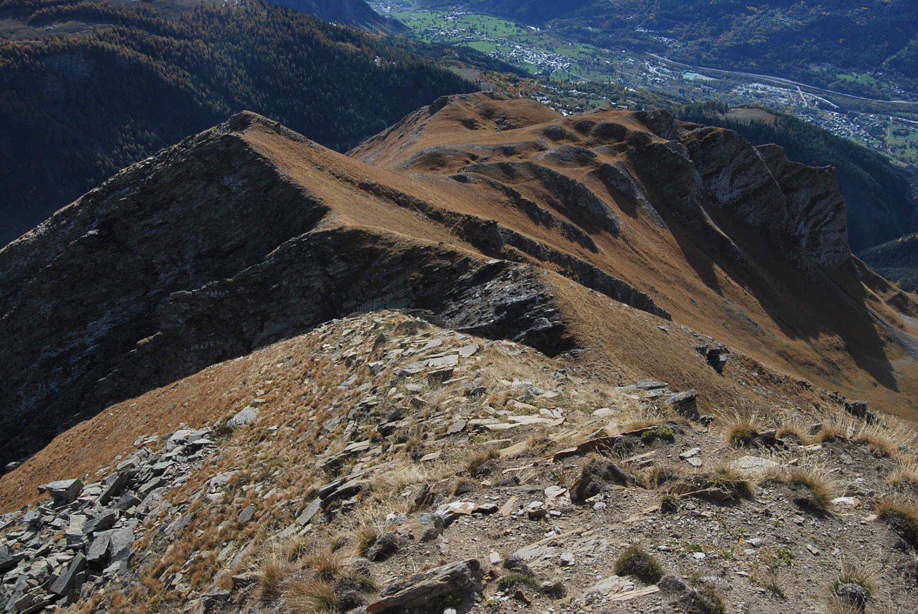 L'immagine di prima invertita: Tete Noire e Aouille viste dalla cima 2825, con l'intaglio e canalone che le separa