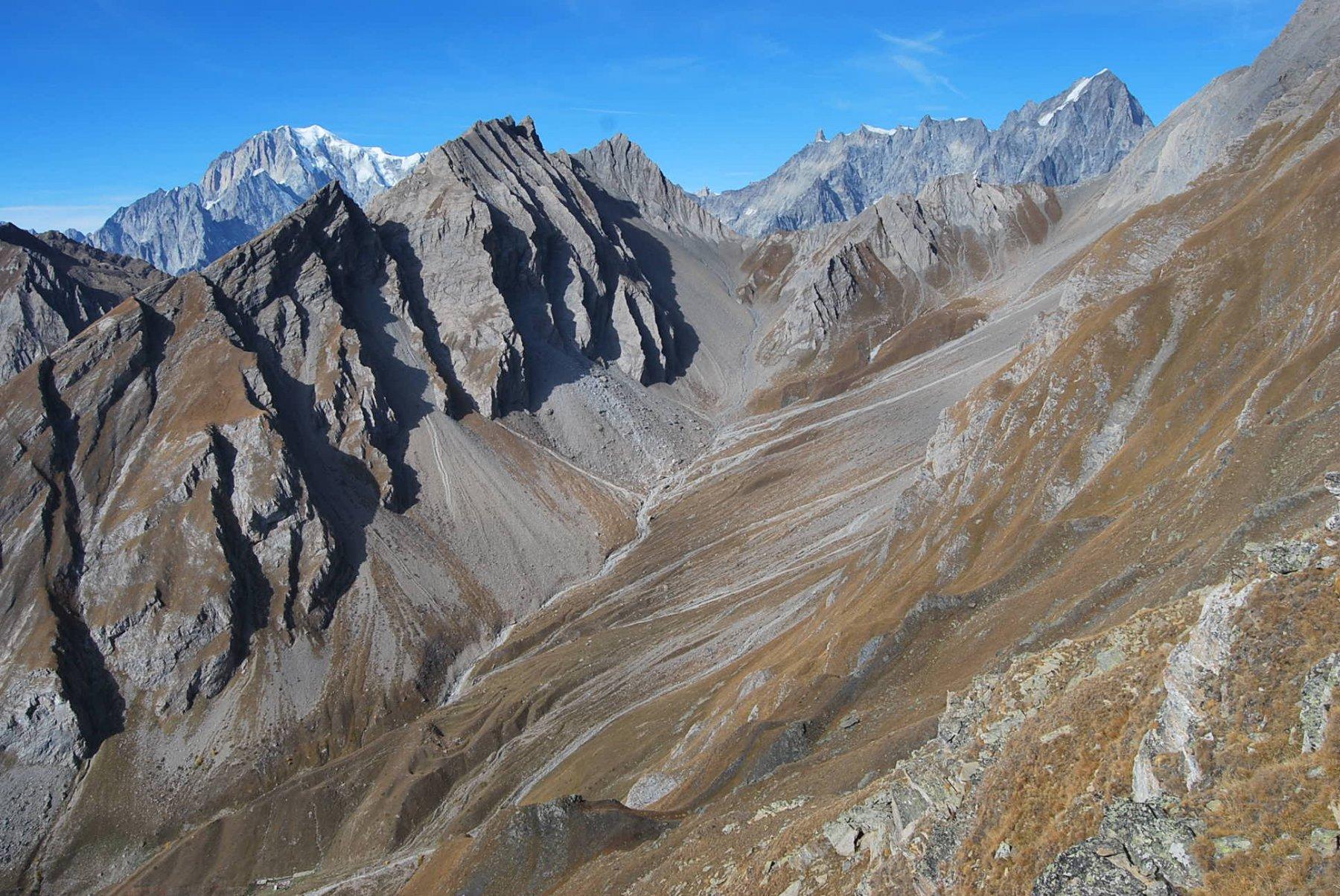 Vallone di Chambave (in primo piano) con i colli Chambave e Battaglione Aosta; in secondo piano dal Monte Bianco alle Grandes Jorasses