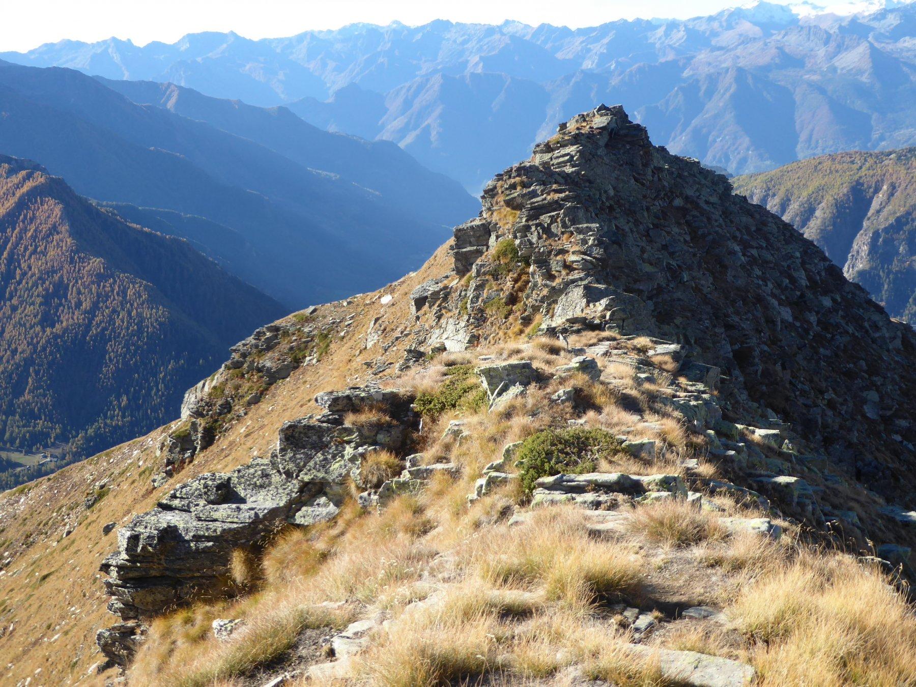 scendendo, la cresta rocciosa dell'anticima