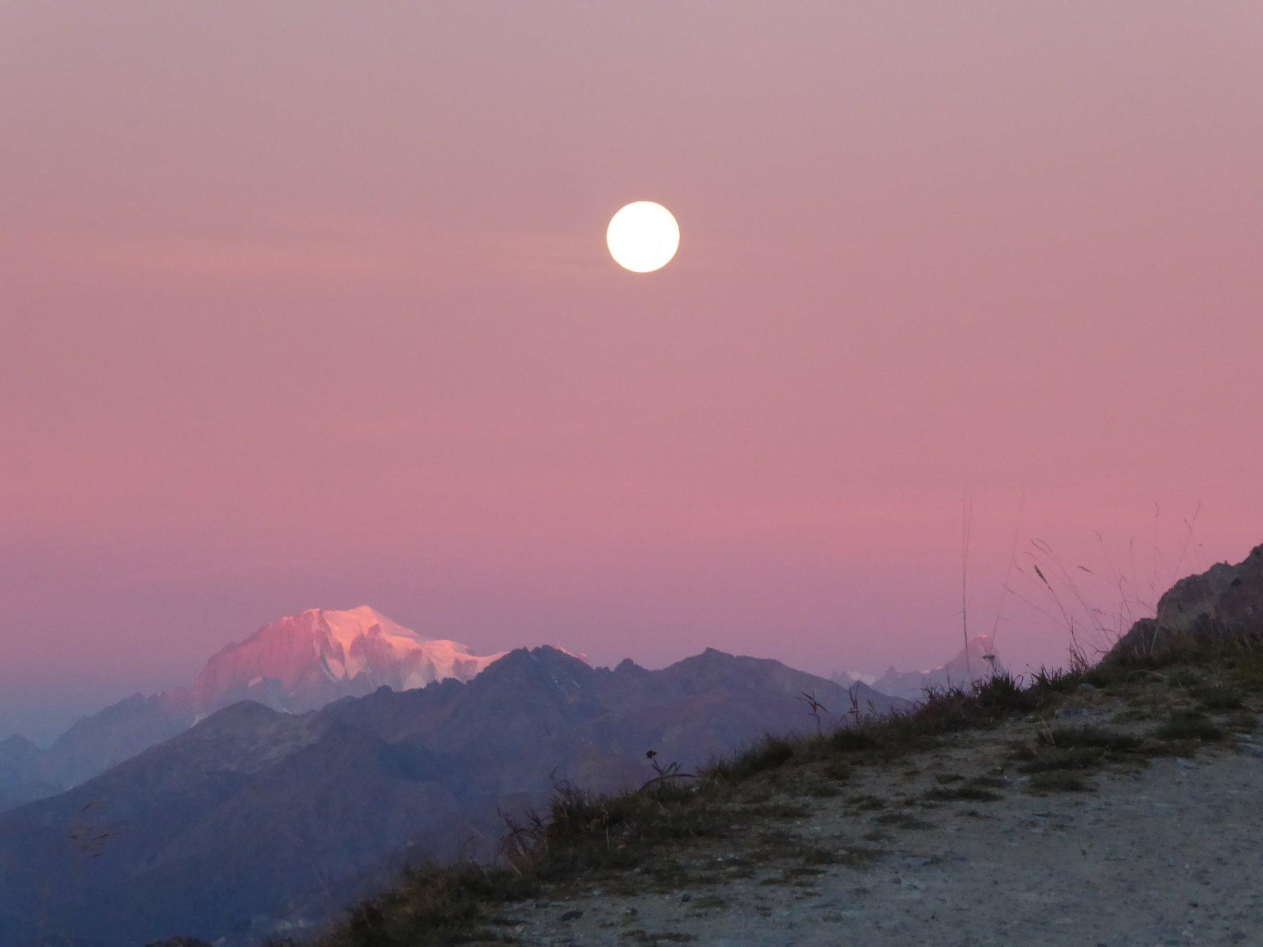 il Bianco con la luna piena salendo, all'alba di una fantastica giornata