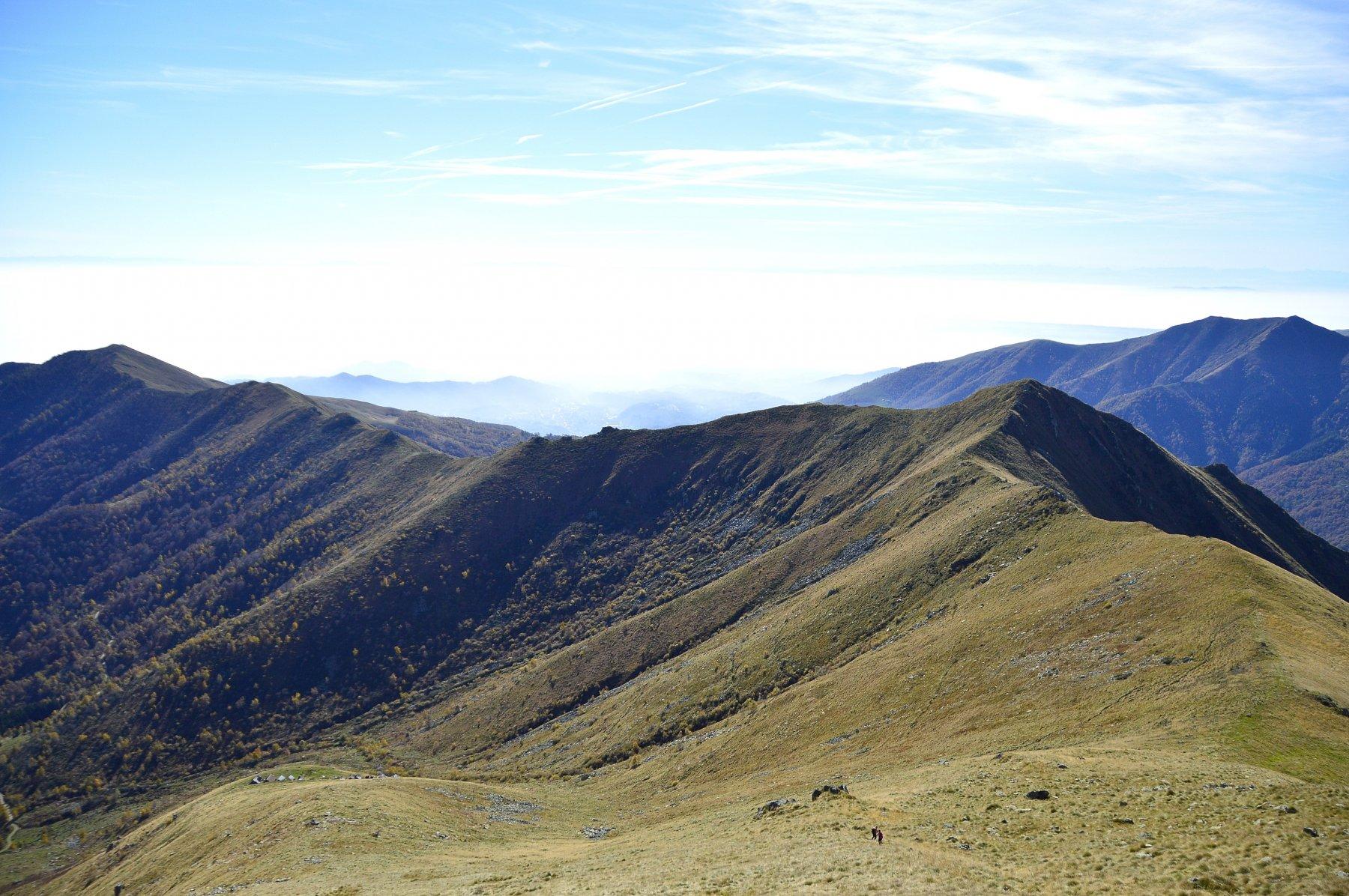 Dalla vetta la cresta con la cima del Bonom (a dx) e poi via via fino al Monticchio (a sx)