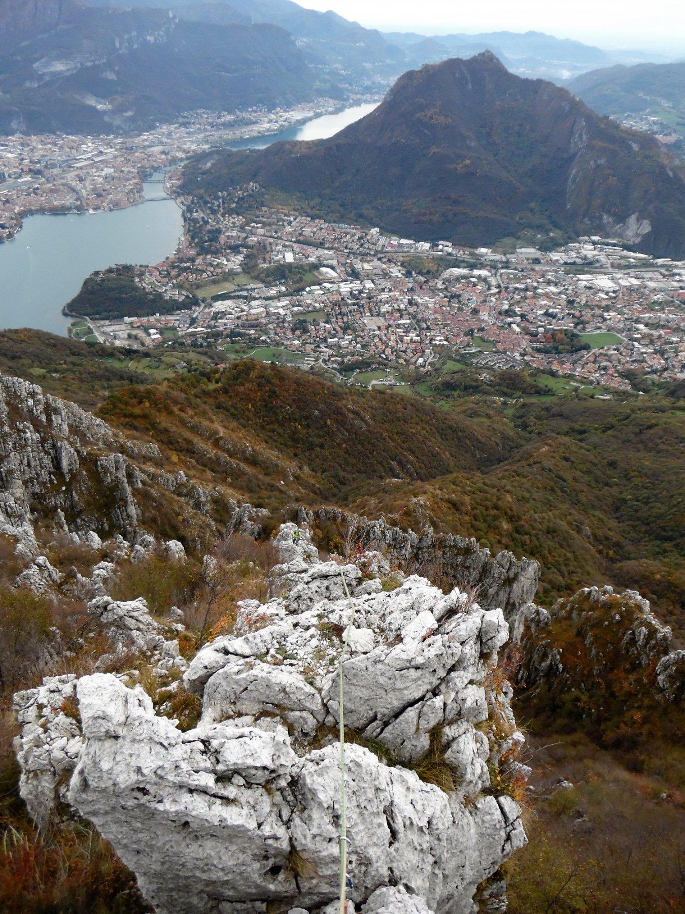 Lungo la cresta. Dietro il monte Barro, Valmadrera e Lecco