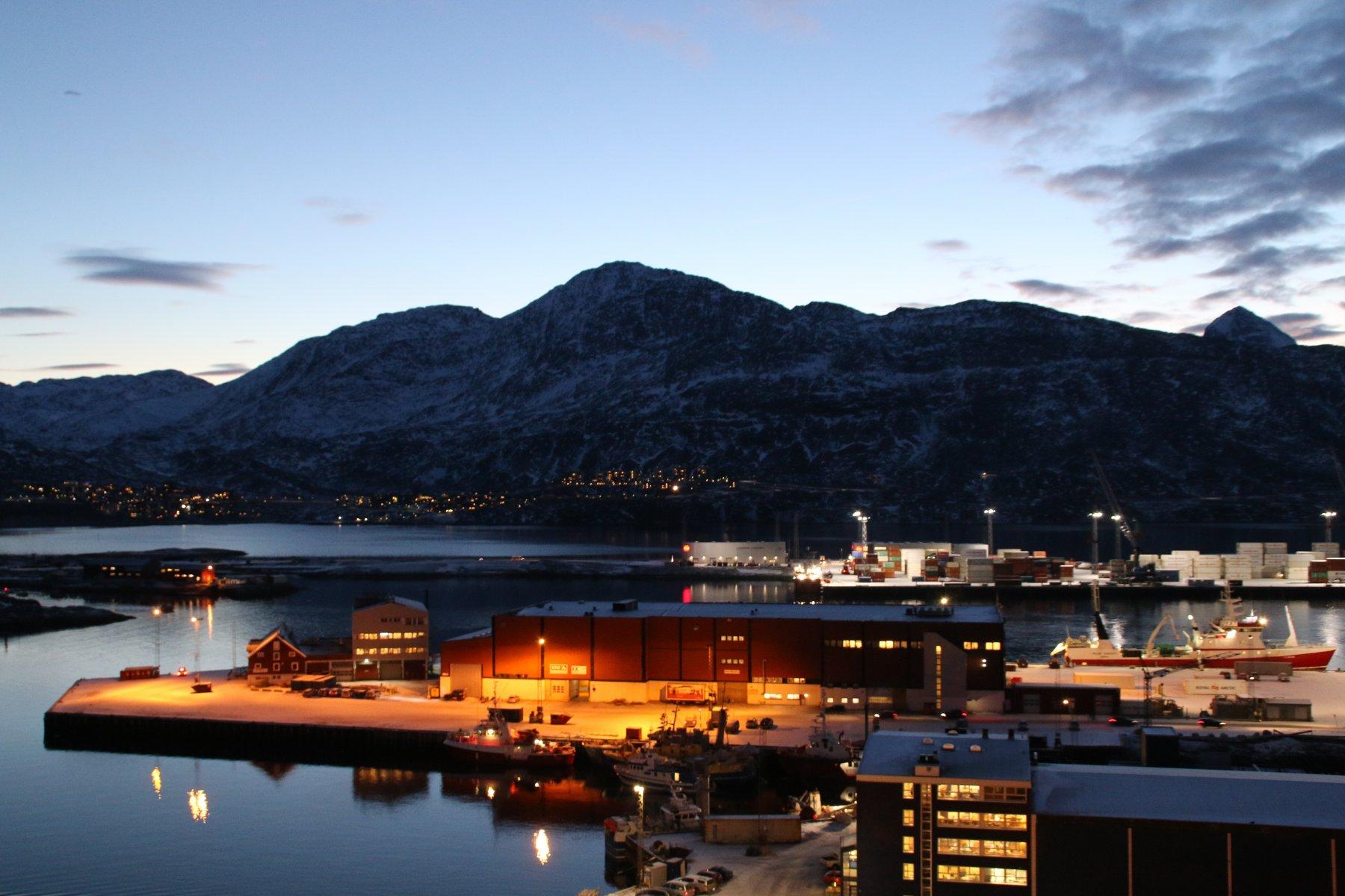 la montagna vista dal porto di Nuuk