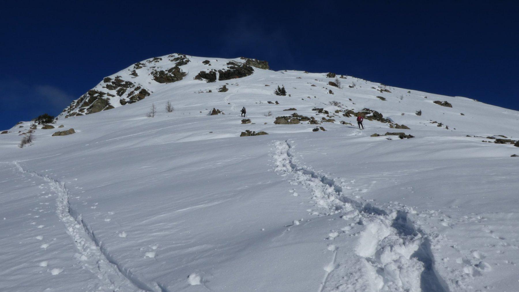 l'ampia dorsale che porta in vetta osservata da poco sopra il Col de la Croix
