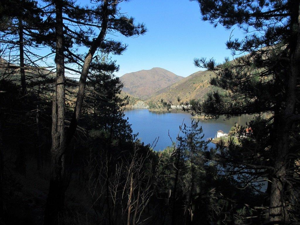 Lago Bruno, sul fondo il Tobbio