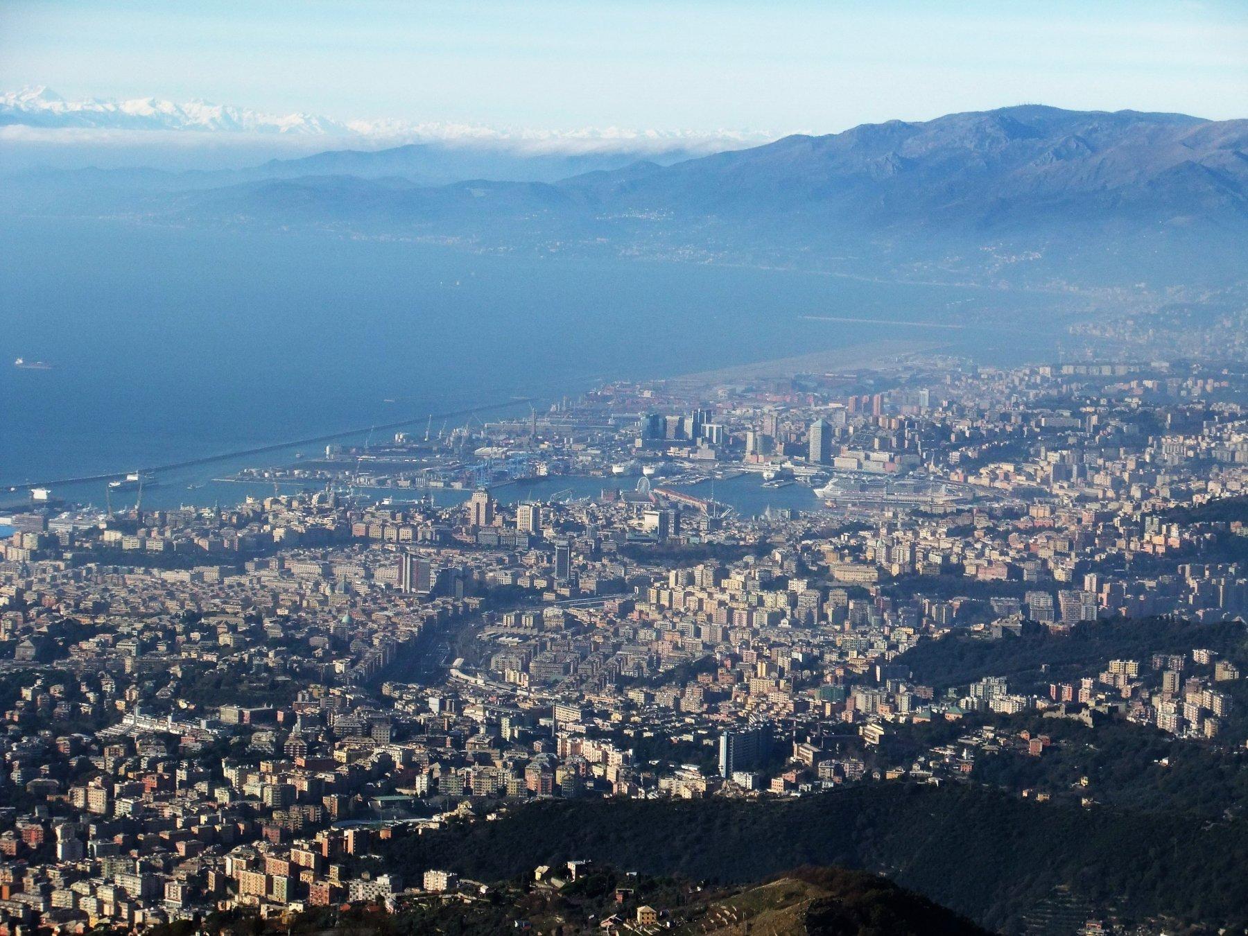 Il centro di Genova dal Monte Fasce