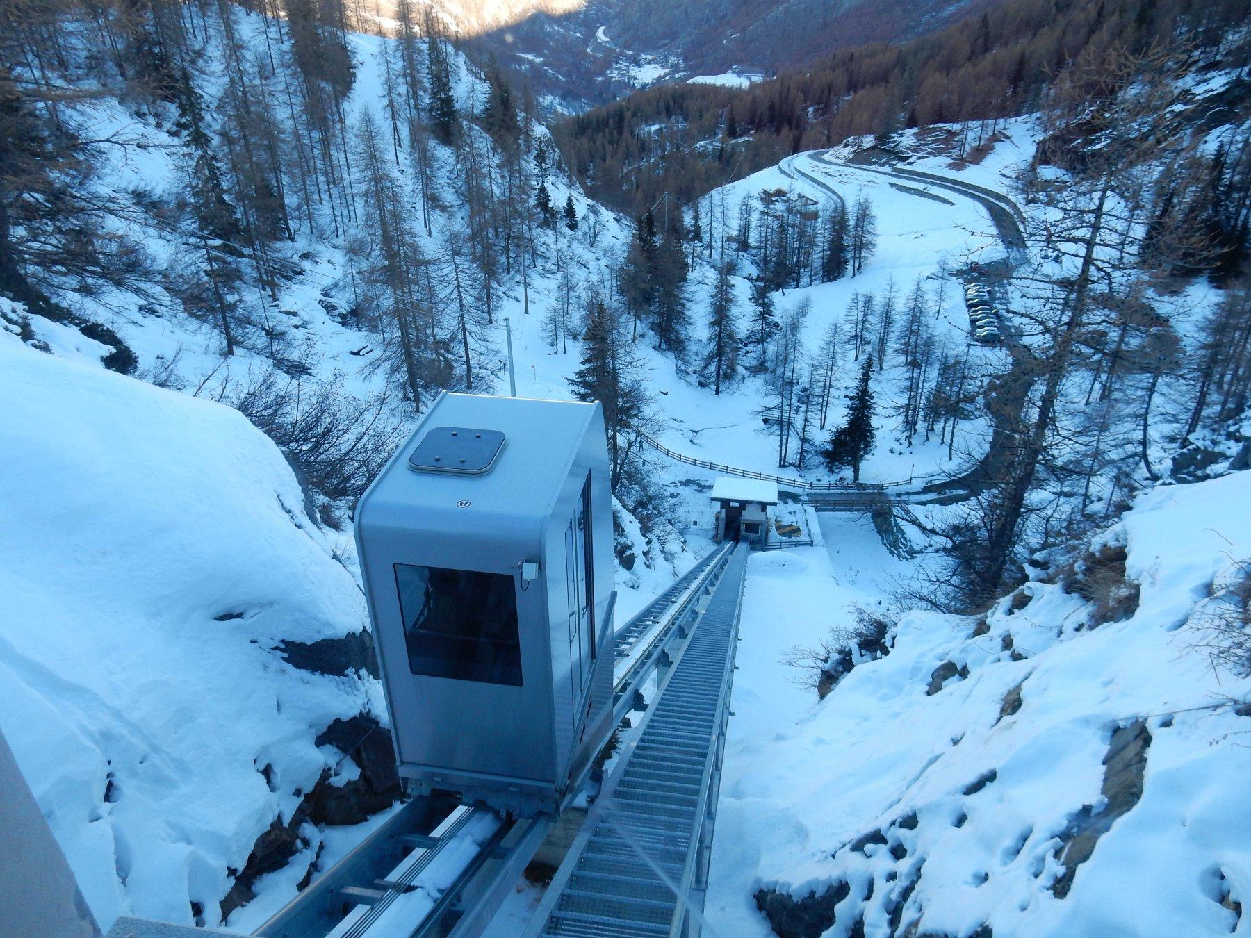 Il comodo ascensore che porta sull'altipiano di Cheneil.