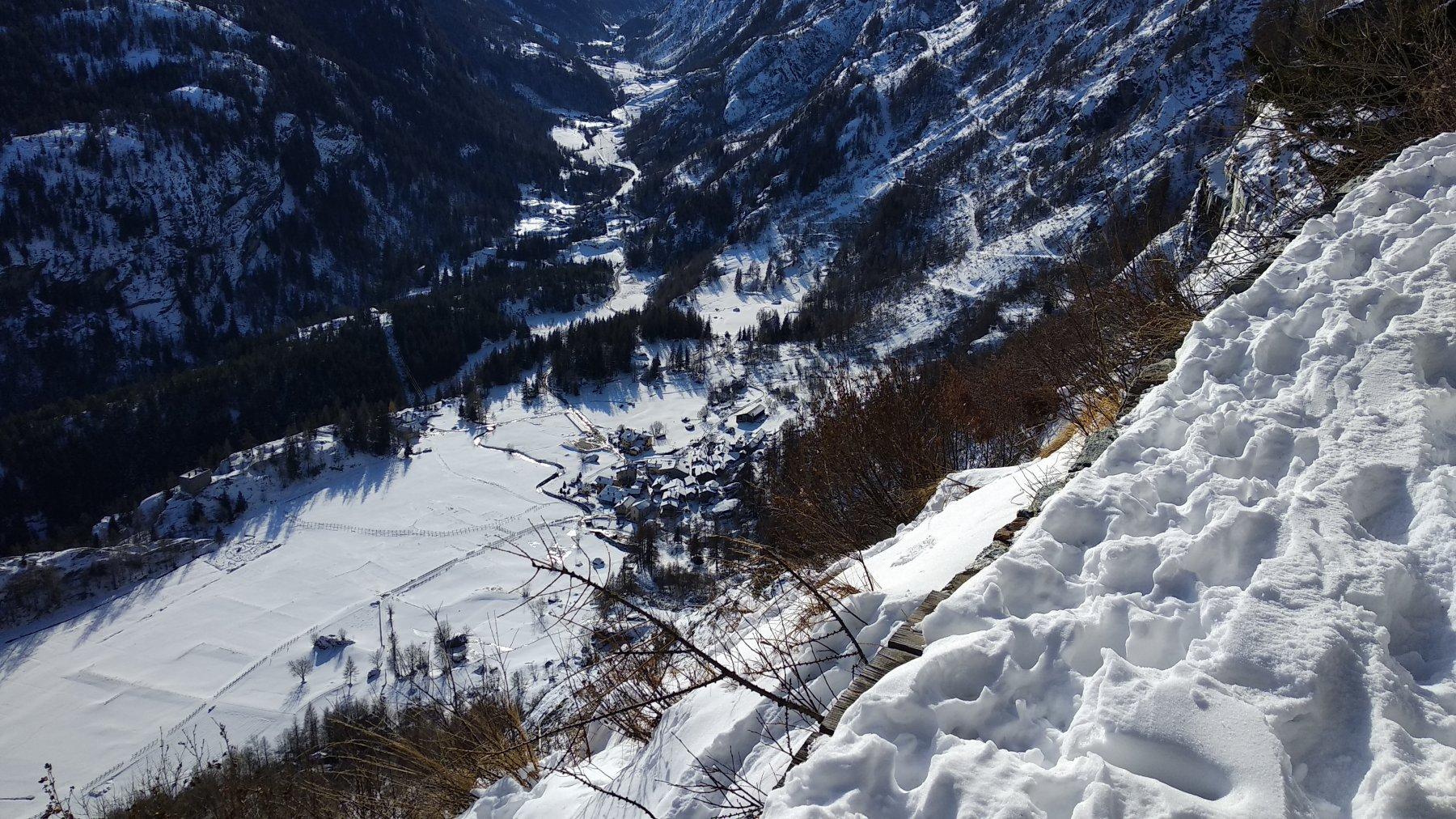 Planaval, visto dal sentiero esposto che supera le balze rocciose