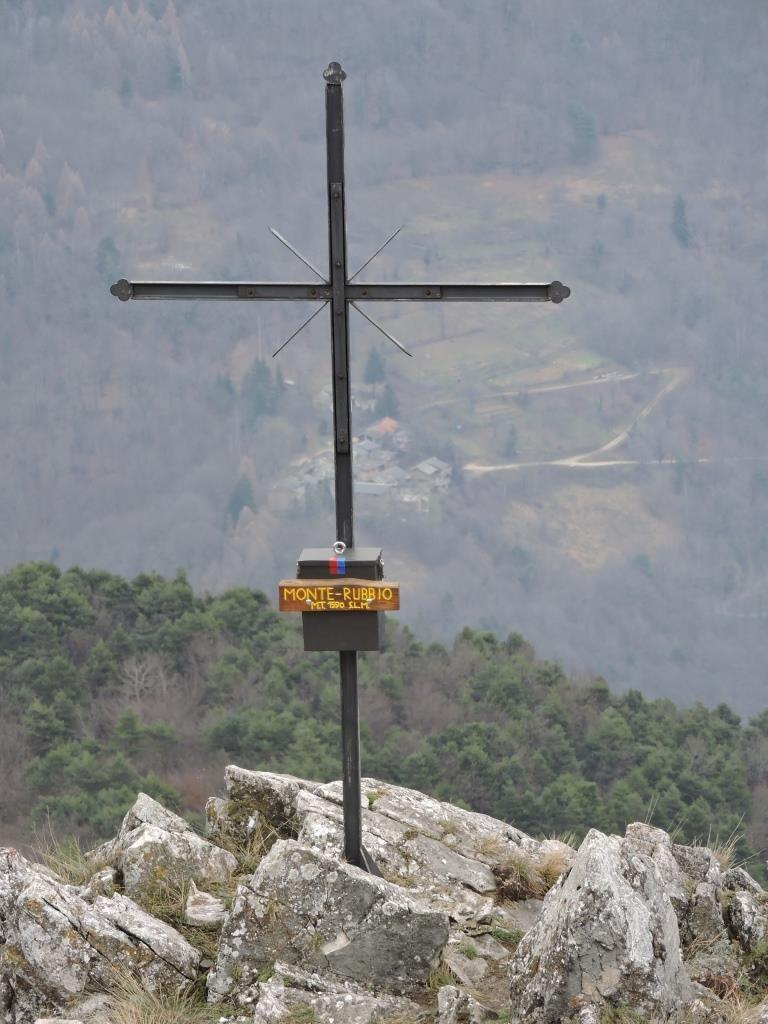 La croce di vetta sulla cima più bassa.