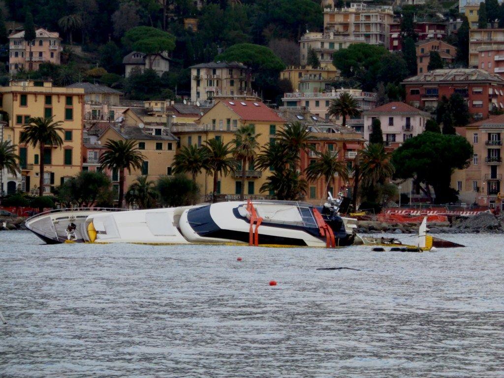Nave distrutta nel Porto di Rapallo