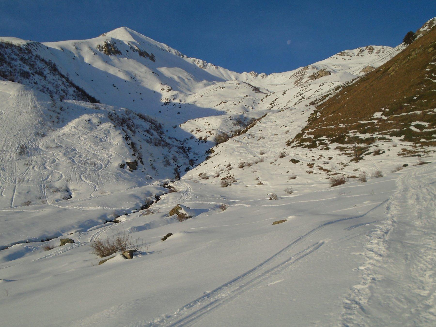 Pian Madoro: tutto l'itinerario visibile sulla sx, con il cono d'ombra del versante N
