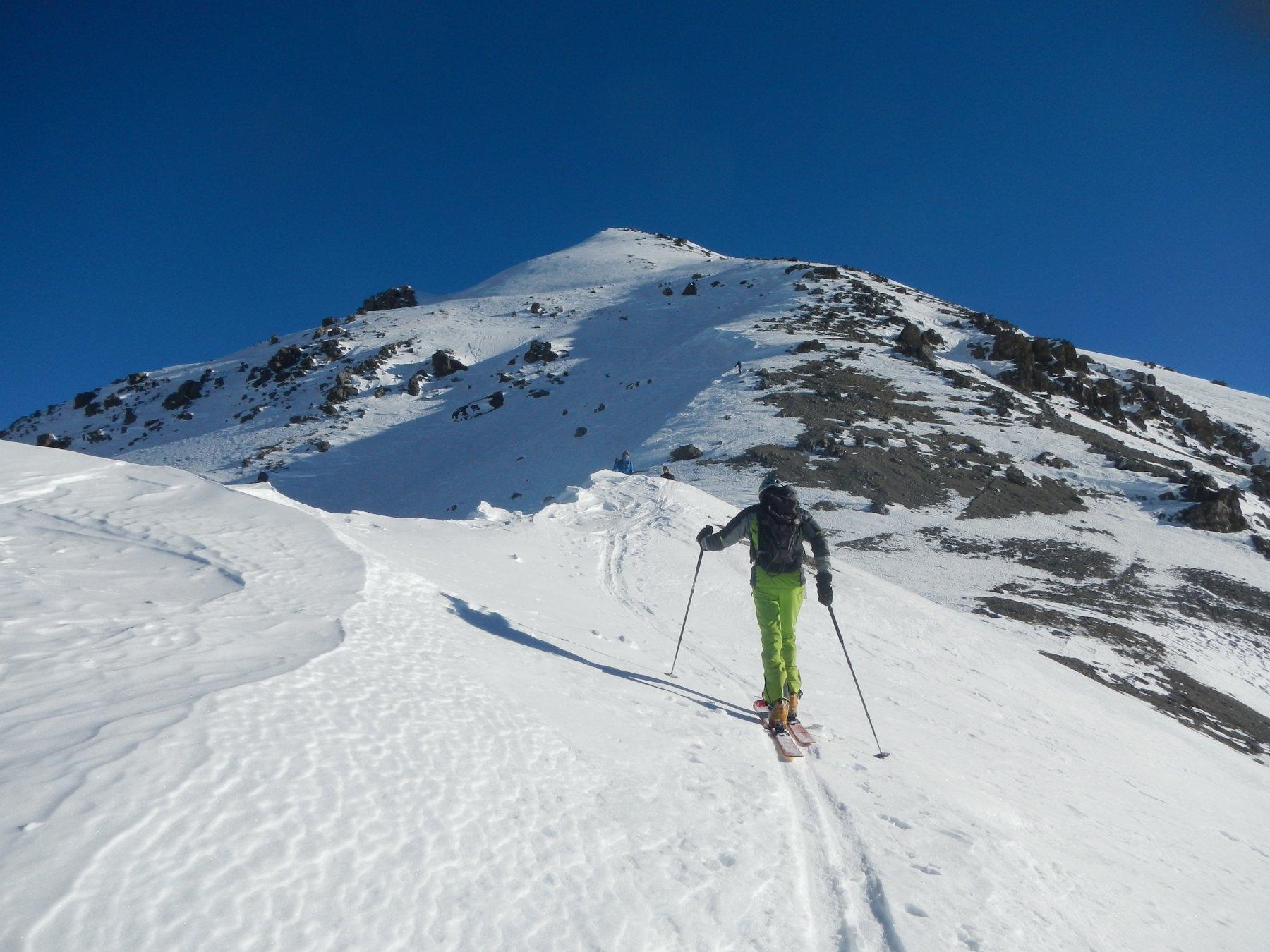 l'ampia dorsale ovest, molto ventata e in alto con neve scarsa e  ghiacciata
