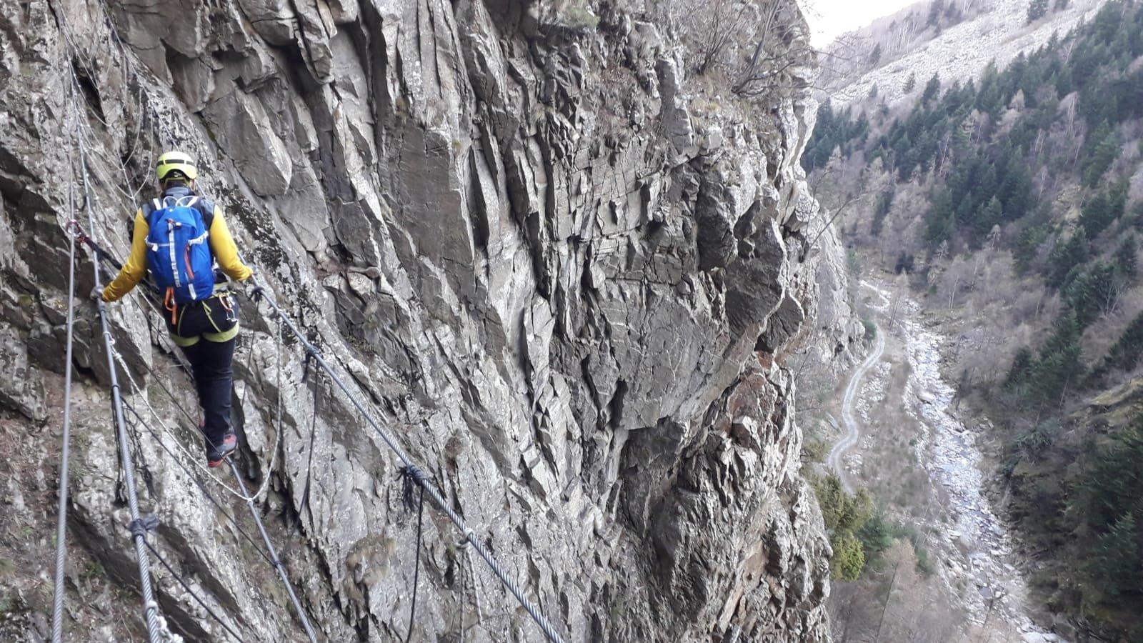 Dal ponte tibetano si vede, qualche metro sotto, la mulattiera che conduce all'attacco della via