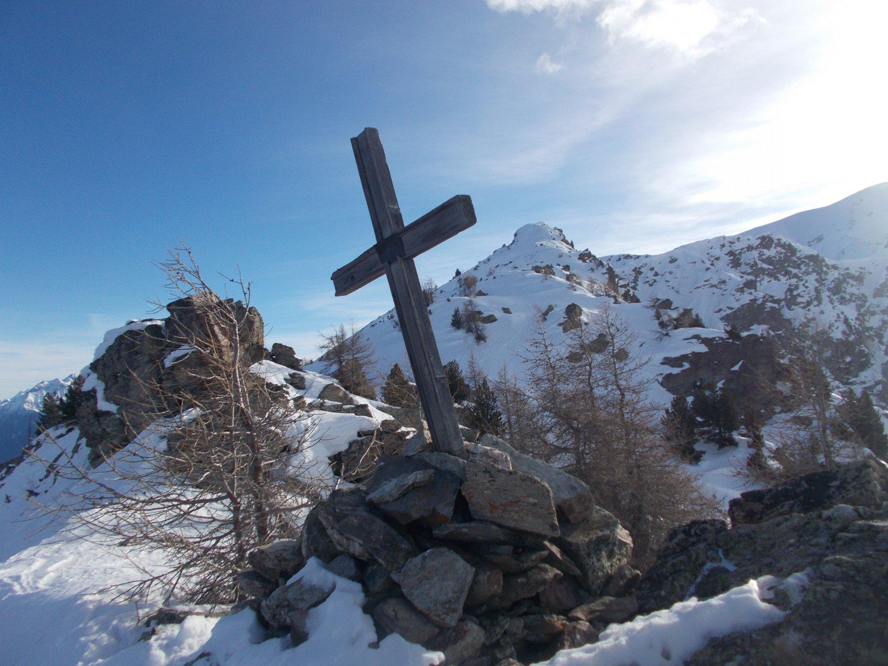 la croce  sulla dorsale di discesa a valle della Gran Testa..