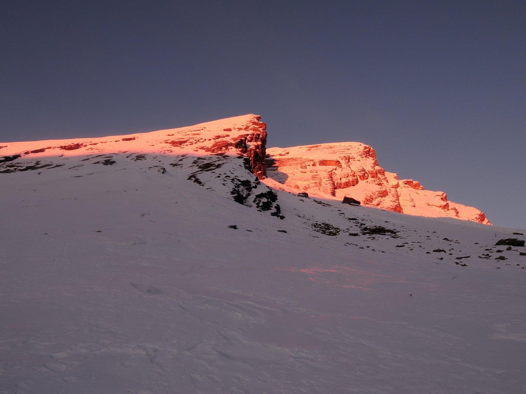 Lo spettacolo della Pioda rossa al primo sole