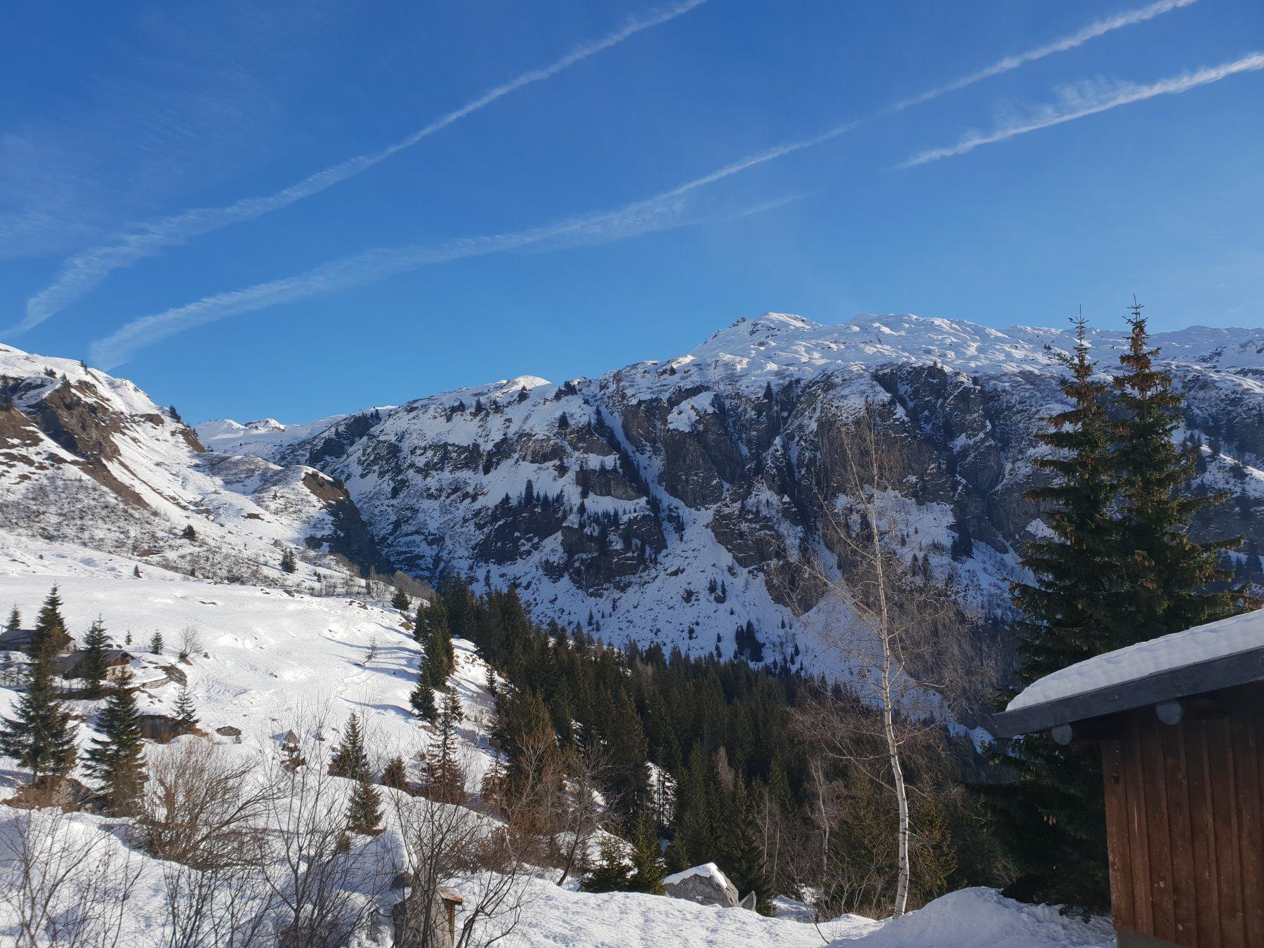 La valle di salita. A destra la Tete noire de Pormenaz, interessante alternativa di maggior soddisfazione sciistica.