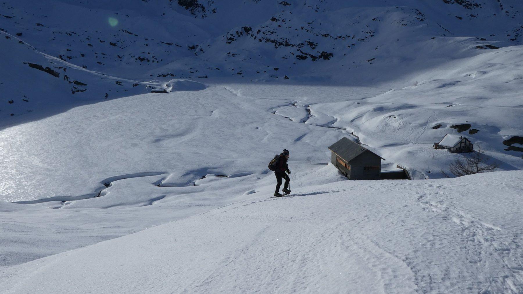 la ripida rampa sopra il rifugio che porta alla base della cresta NO della Combassera