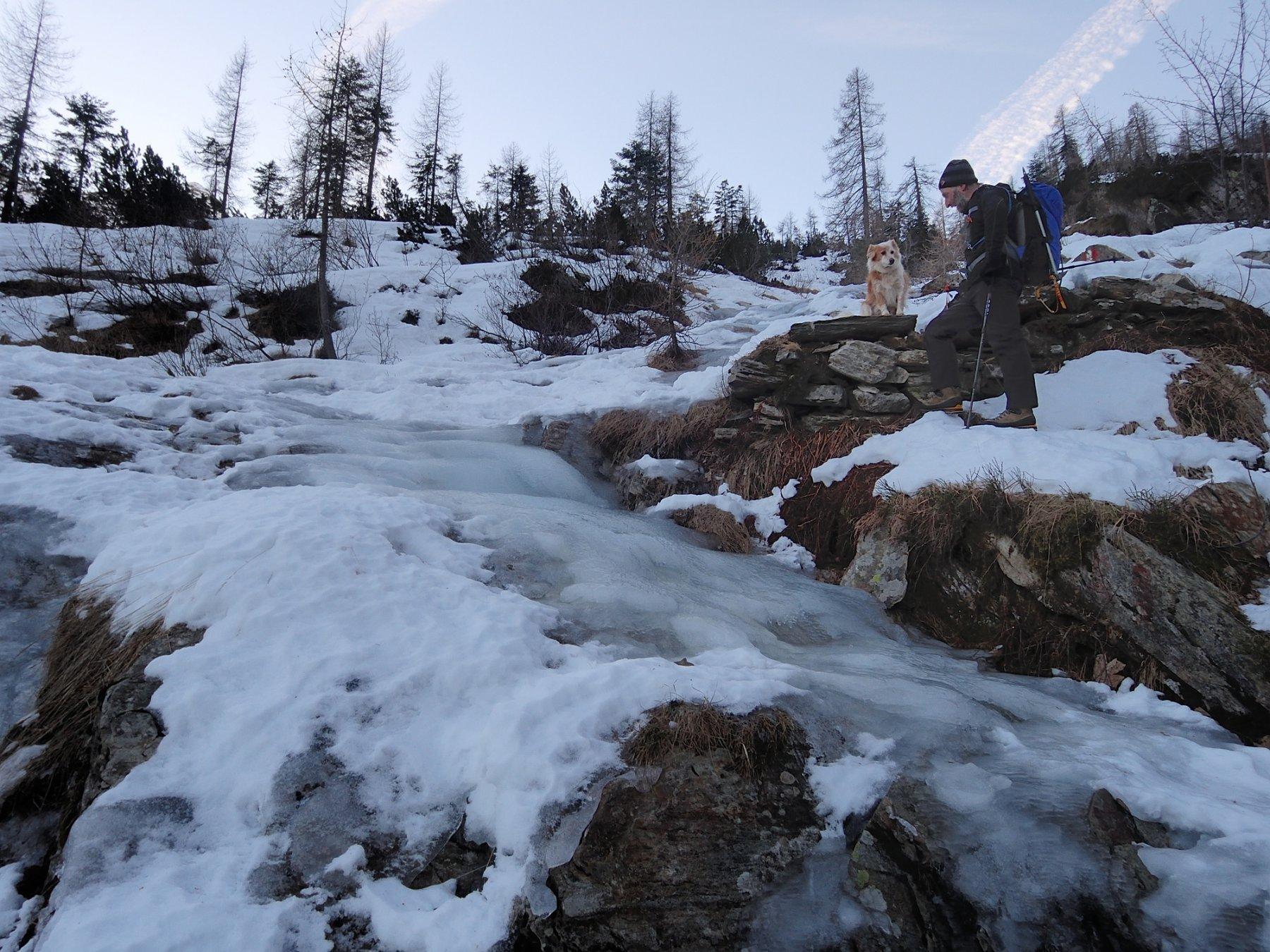 Sentiero coperto di ghiaccio