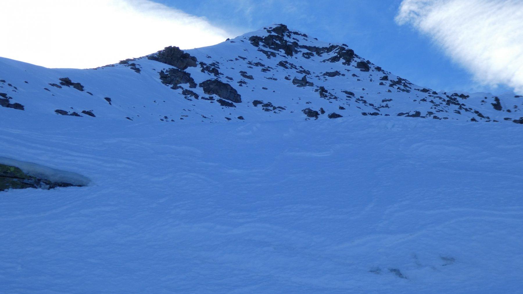 osservando la cresta di salita e la cima dal pendio sottostante al Colle di Nel