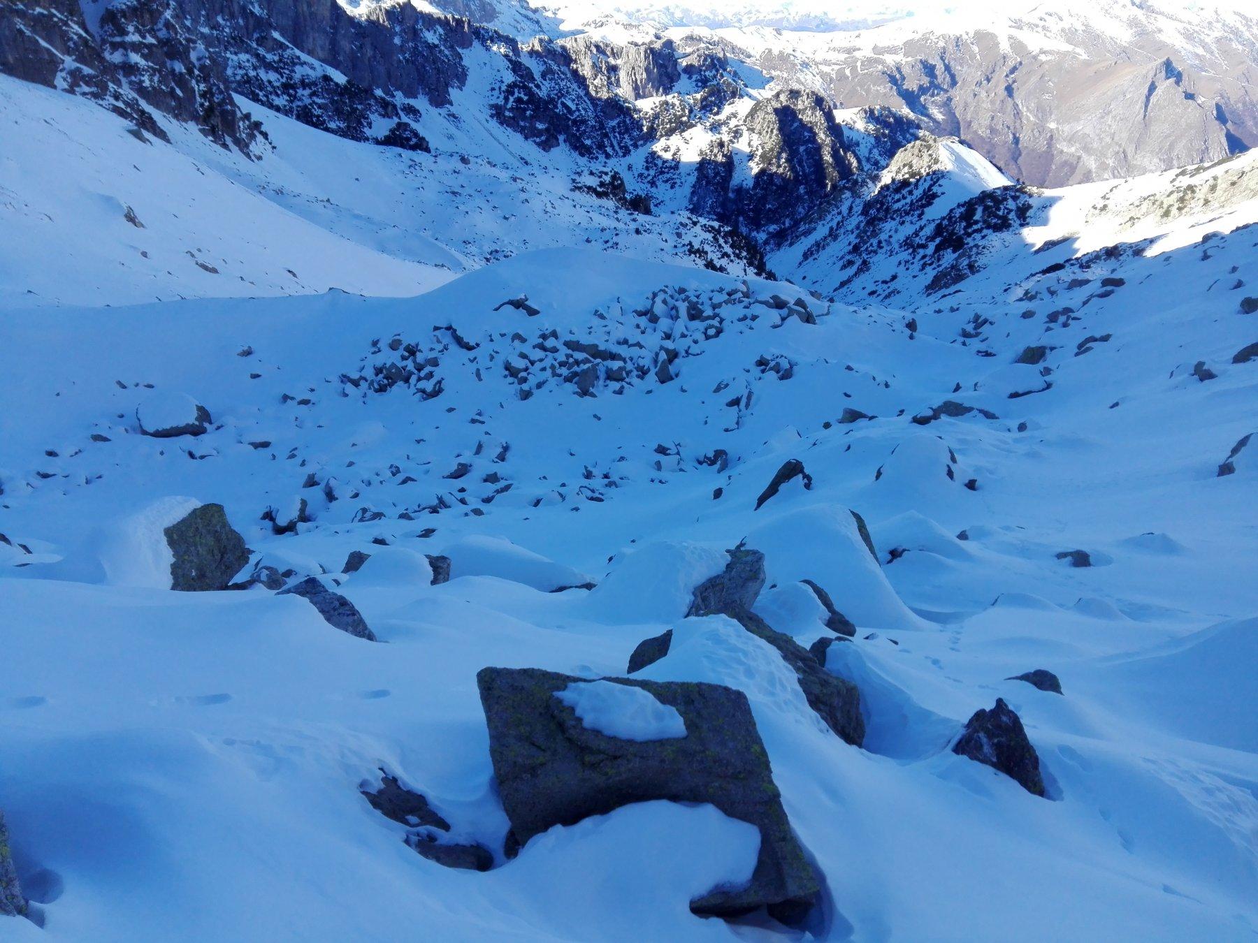Gli spazi tra le rocce non sono interamente riempiti dalla neve la quale sfonda