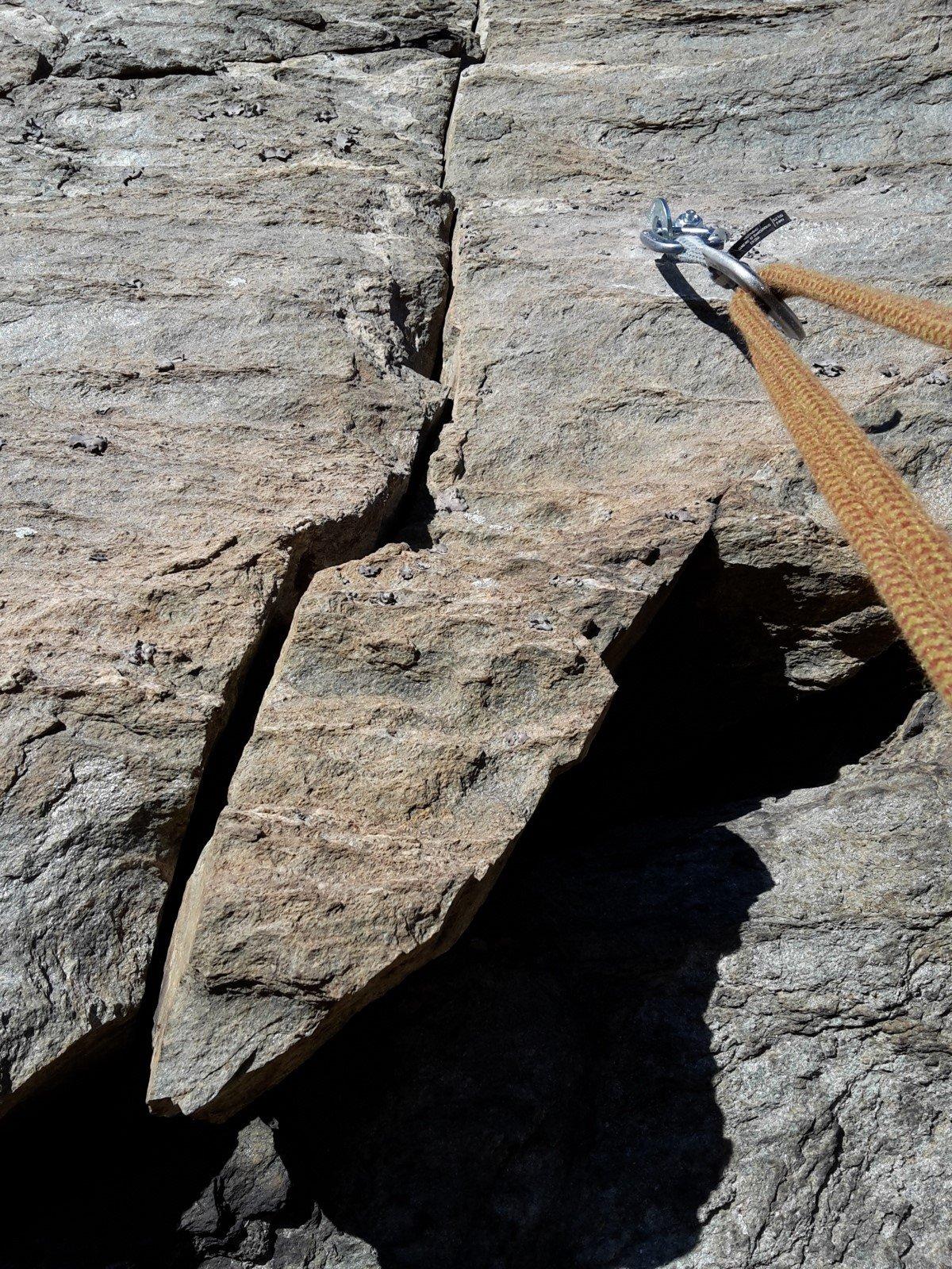 ... ma attenzione alla pietra incastrata alla base delle fessura