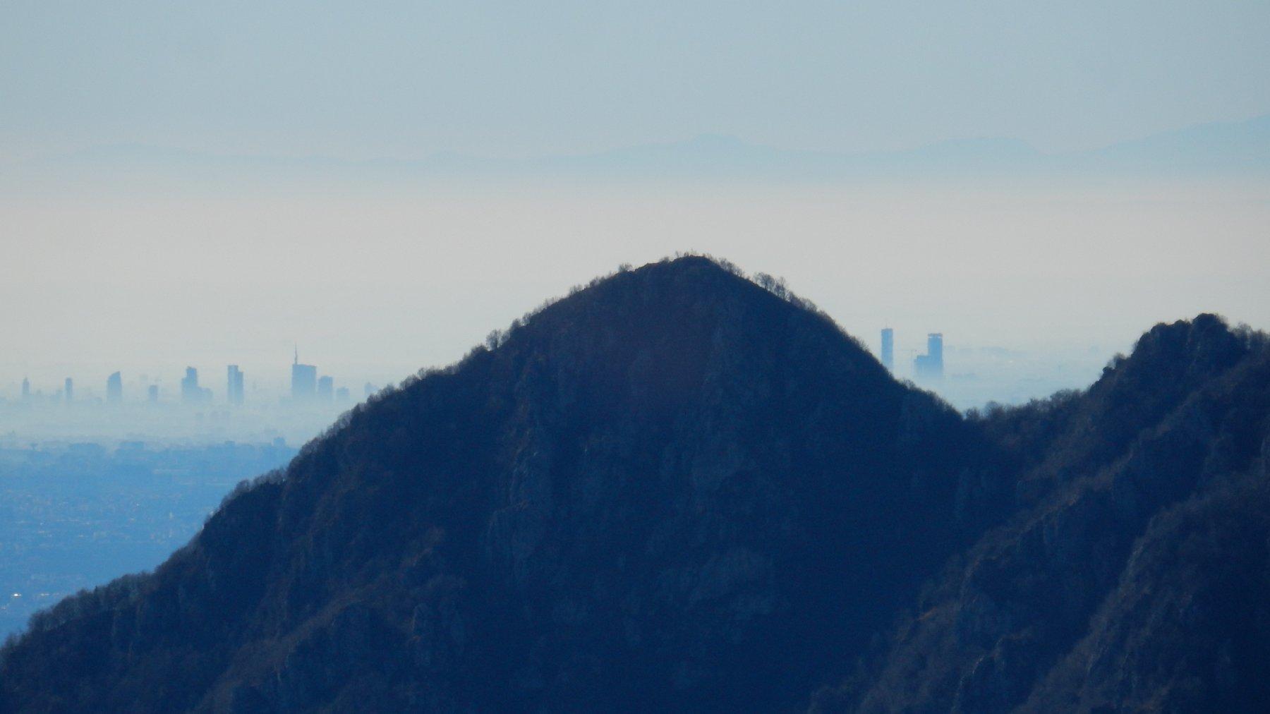 Zoomata sul M.Ocone e Skiline di Milano.