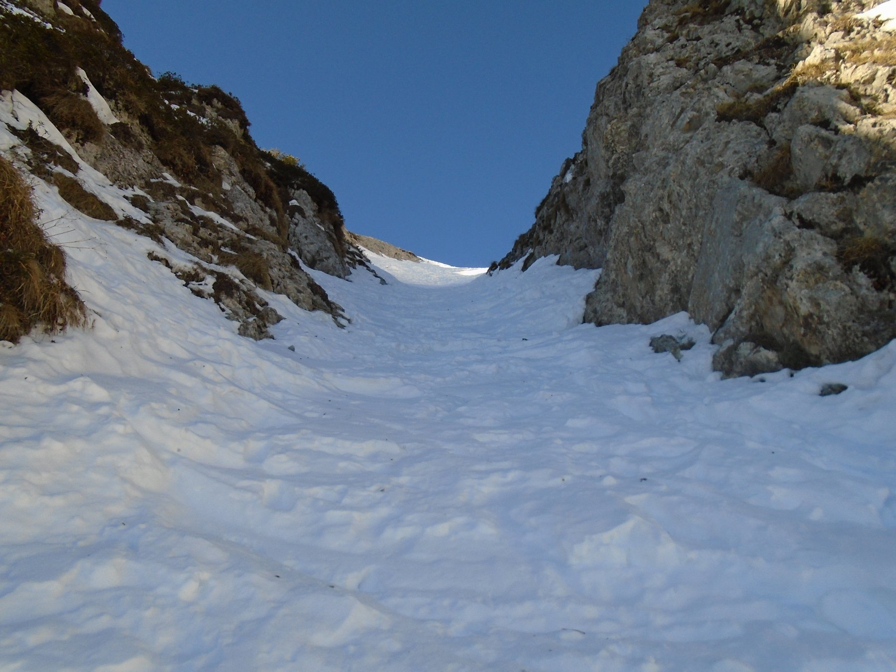 Nella strettoia si passa in sci scalettando