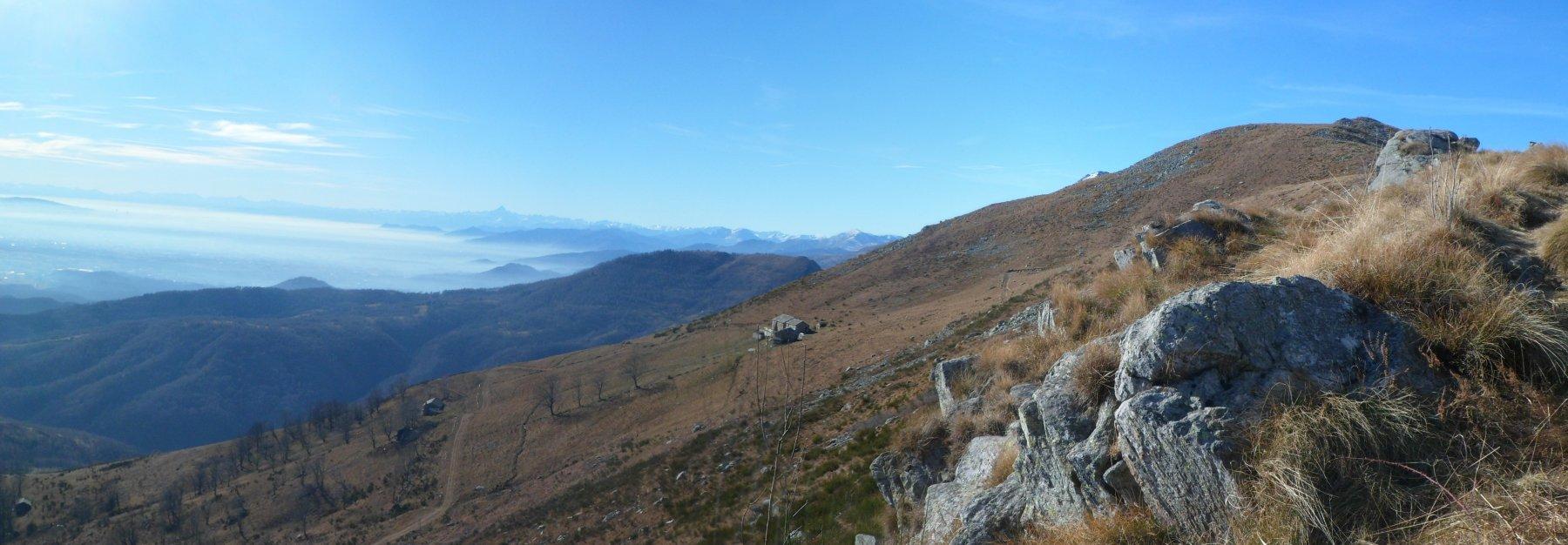 Uno sguardo al versante di salita a Cima Bossola, scendendo.