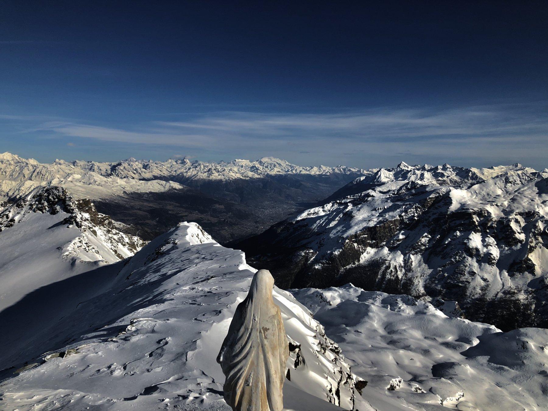 La cima. Ghiacciaio del Rutor sulla sinistra. In fondo: Cervino e massiccio del Monte Rosa