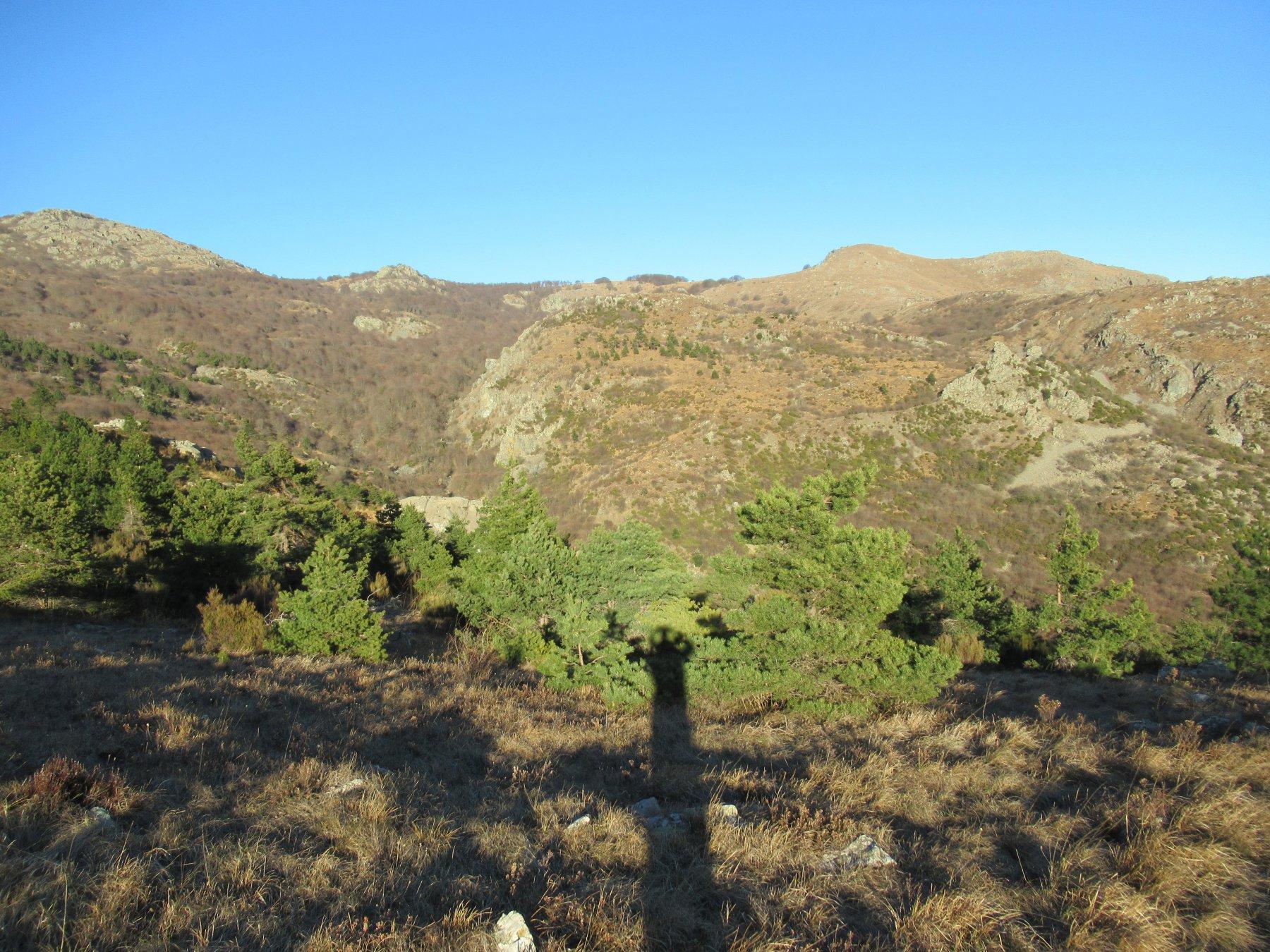 Monte Sciguello a dx dalla via di discesa.