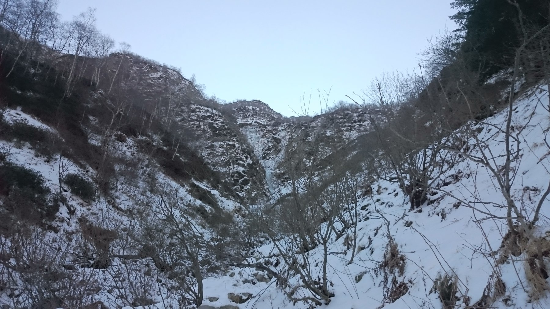 La cascata vista dall'imbocco del canale
